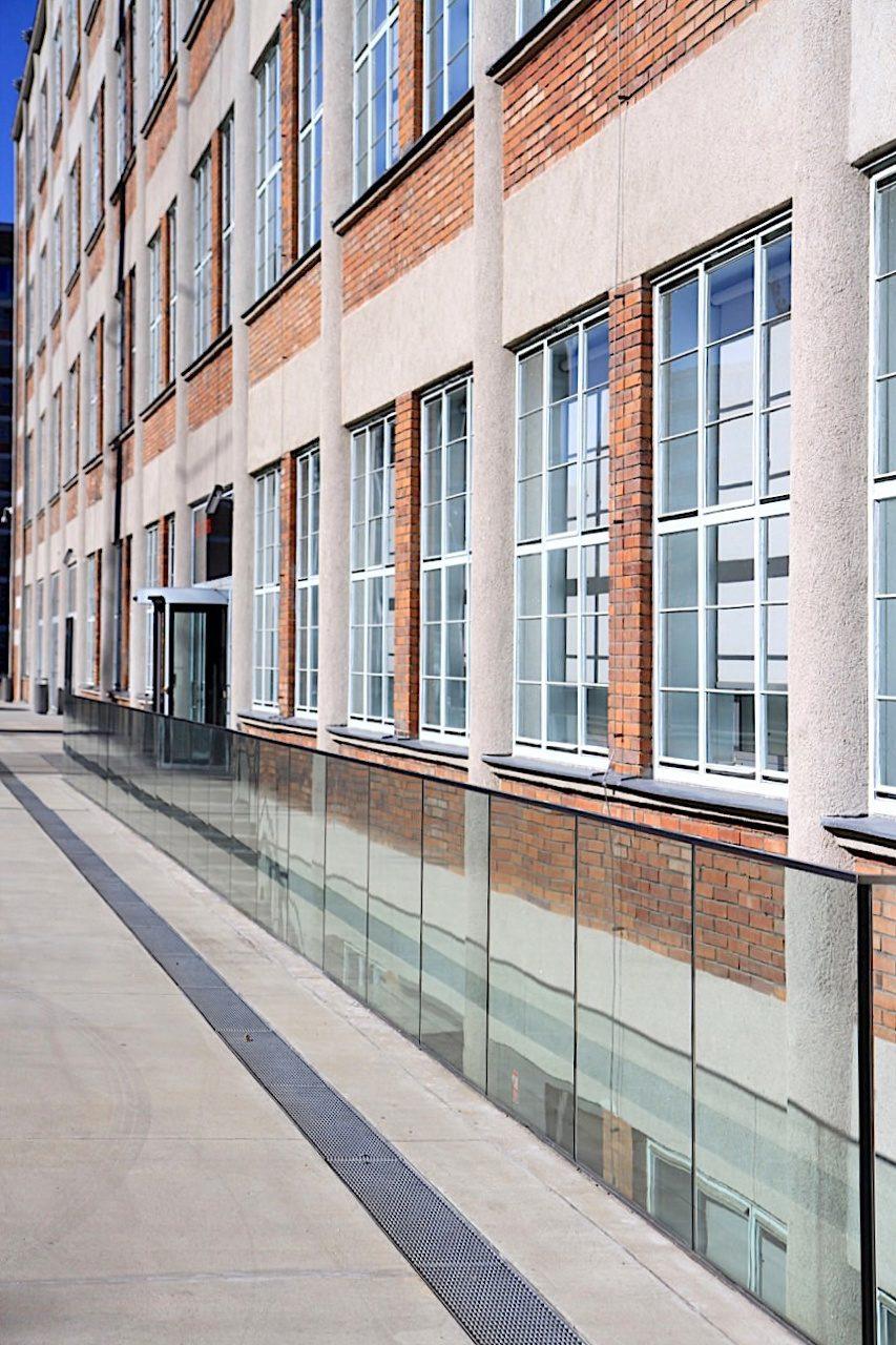 Einheitlich. Der Baustil wurde bei den Produktionsstätten, den Siedlungsbauten für die Angestellten sowie den öffentlichen Gebäuden konsequent umgesetzt.