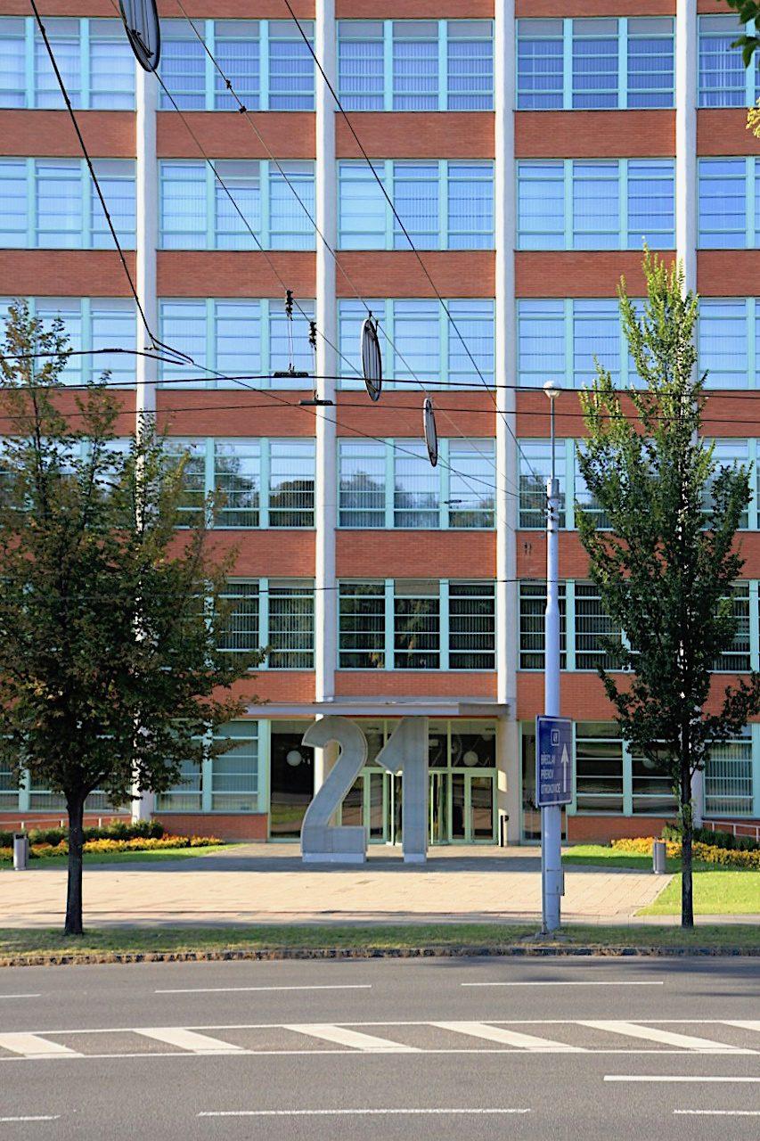 Umnutzung. Heute ist in dem Hochhaus das Finanz- und Kreisamt der Region Zlín.
