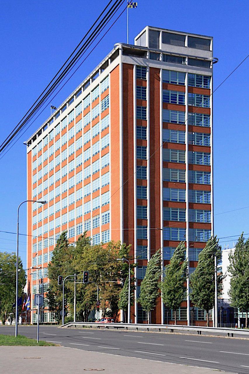 Nr. 21. Das bekannteste Gebäude des Werksgeländes ist das Verwaltungsgebäude der Schuhfirma mit der Nr. 21.