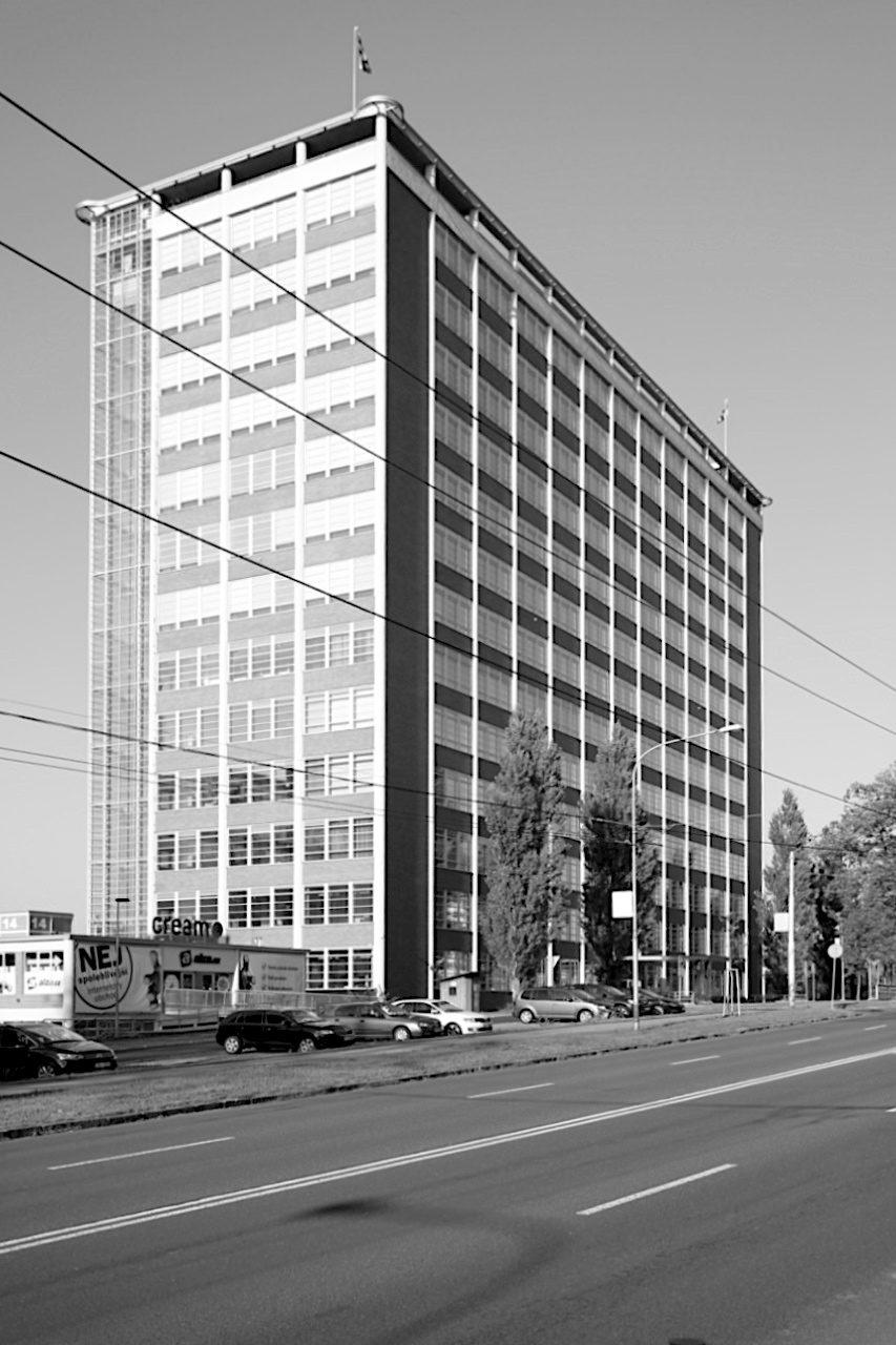 Nr. 21. Ein technisches Highlight ist der Aufzug und zugleich das Büro des Firmenleiters mit einer Größe von 6 x 6 Meter und mit Waschbecken und Klimaanlage.
