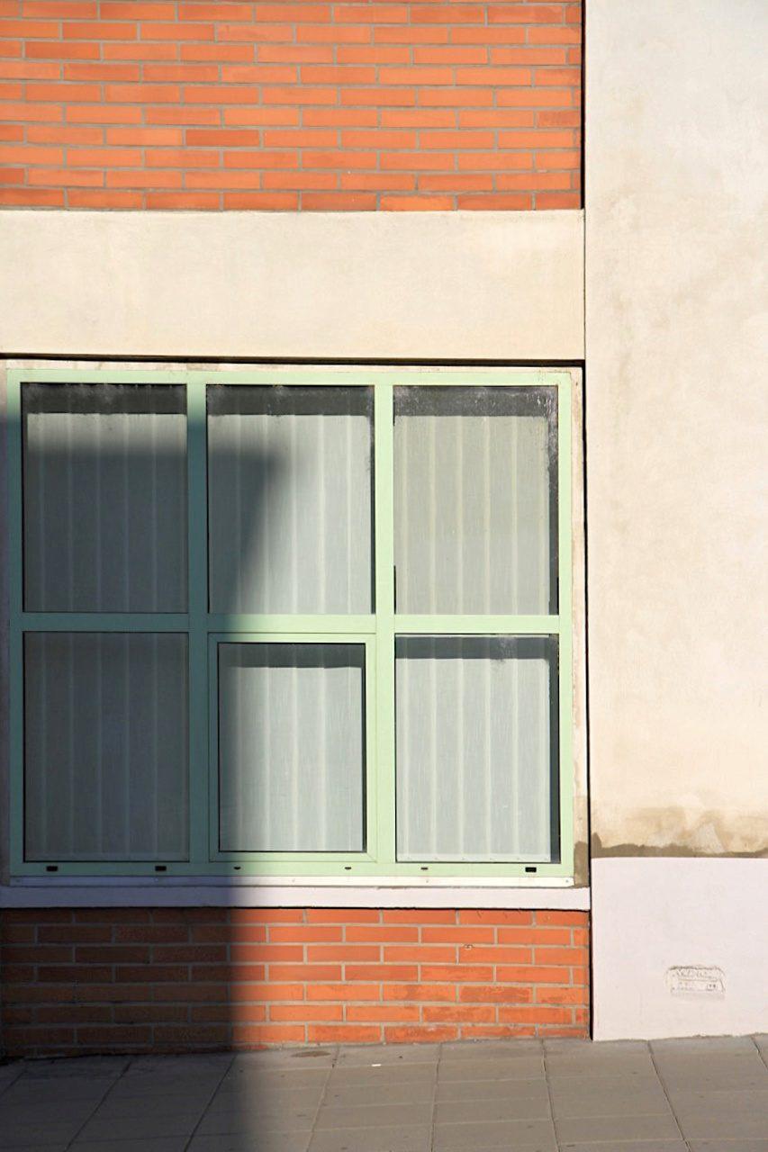 Symmetrisch. Wichtige Merkmale der Bata-Fabriken sind Beton mit Backstein und einheitlich unterteilten Fenstern.