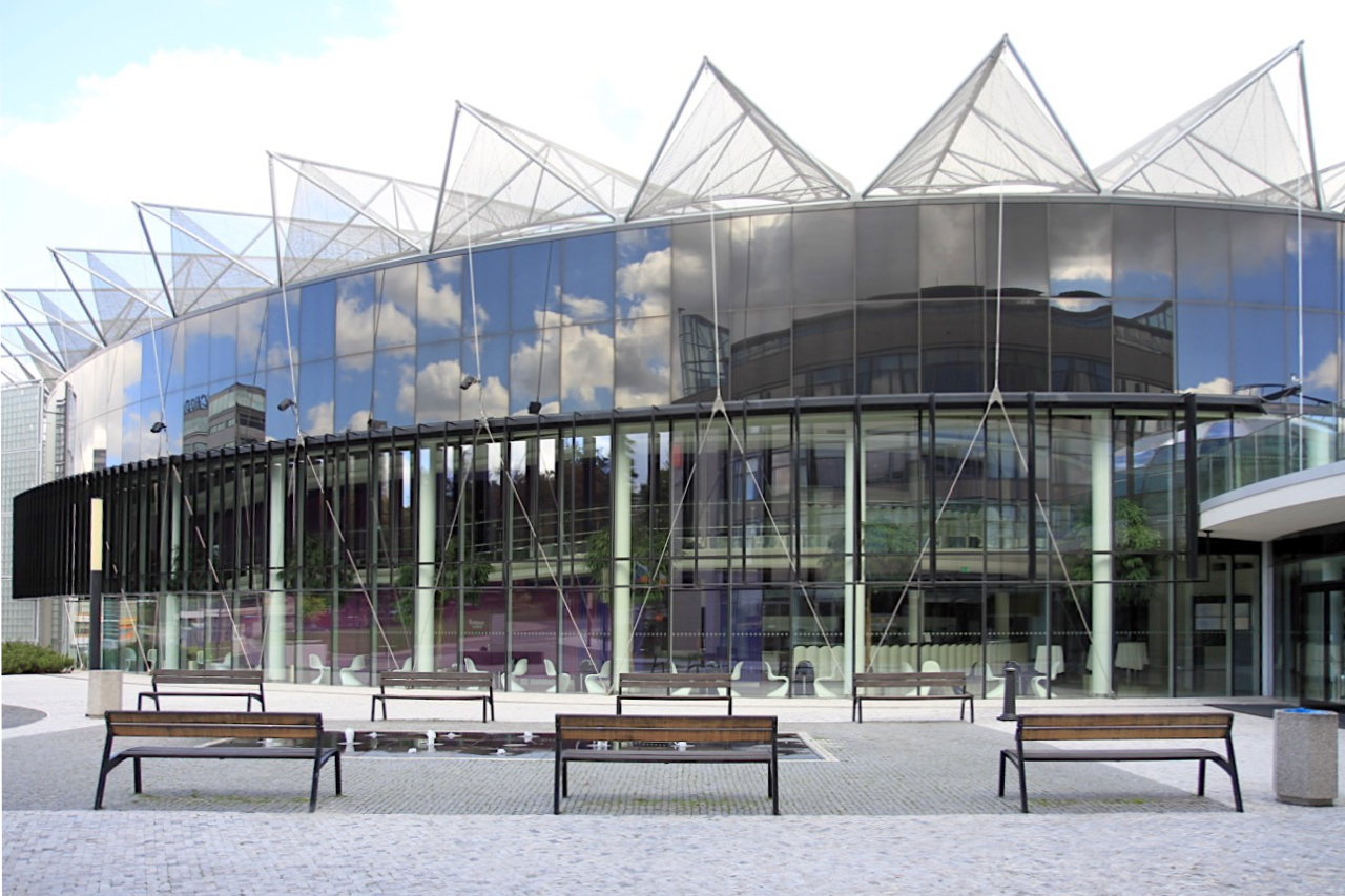 Kultur- und Universitätszentrum. Dornenartige Dachelemente, Glas und ...