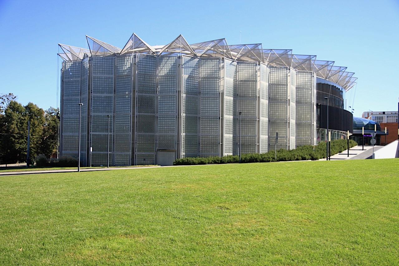 Kultur- und Universitätszentrum. Entwurf: Eva Jiřičná, A.I. Design. Fertigstellung: 2008 (Universitätsgebäude) und 2011 (Kulturzentrum)