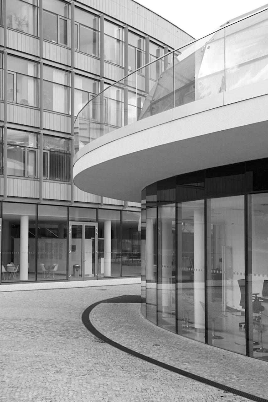 Kultur- und Universitätszentrum. .. die Ellipsenform sowohl des Kultur- und Kongresszentrums als auch des Unizentrums kontrastieren mit ...