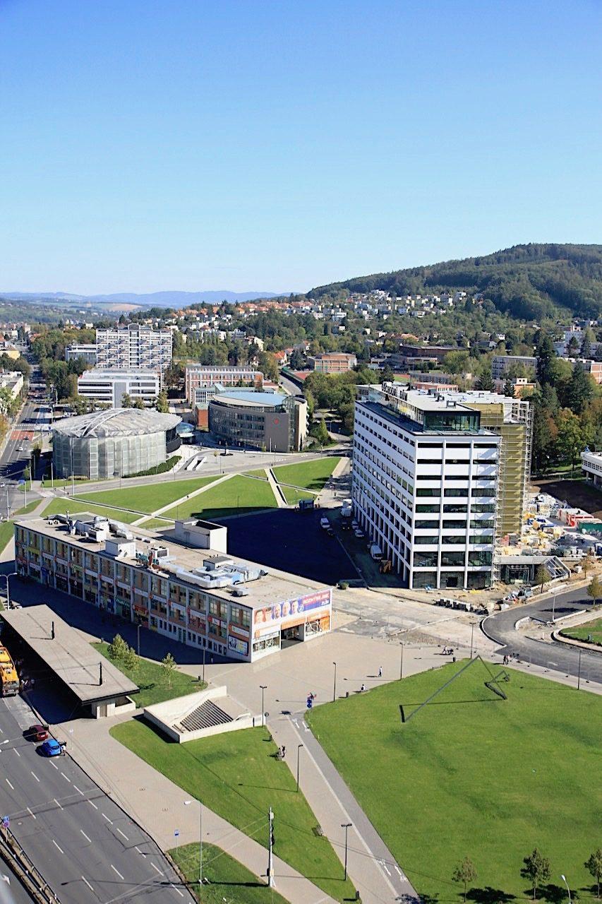 Grün. Im Bild links steht die Markthalle von Jambor (1927), das zehnstöckige Gebäude daneben ist das Kaufhaus von Gahura (1931).