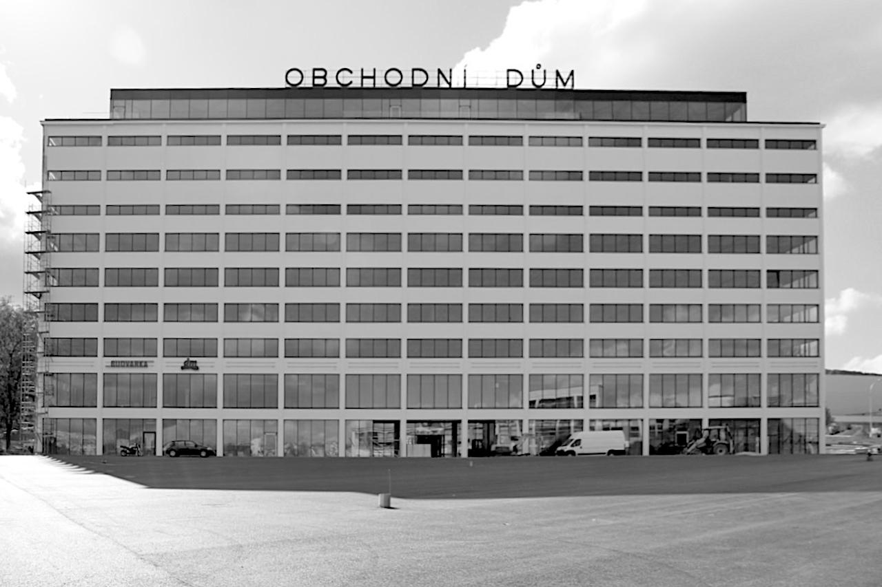 Obchodni Dum. Das zehnstöckige Kaufhaus von Gahura (1931) hatte die erste Rolltreppe der Tschechoslowakei und war das erste Gebäude in der Stadt, das über die üblichen drei bis fünf Stockwerke ging.