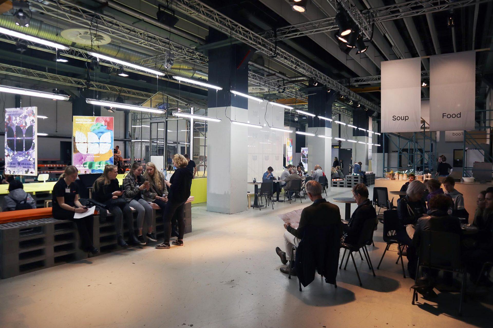 Strijp-S. Jeden Oktober kommen mehr als 200.000 Besucher zur größten Design Week Nordeuropas.