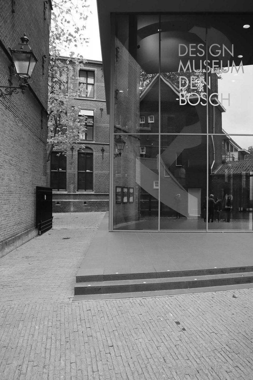 Design Museum Den Bosch. Das niederländische Studio BiermanHenket renovierte und erweiterte den ehemaligen Regierungspalast und ergänzten das neue Museumsquartier um das Stedelijk Museum für visuelle Gegenwarts-Kunst und Design