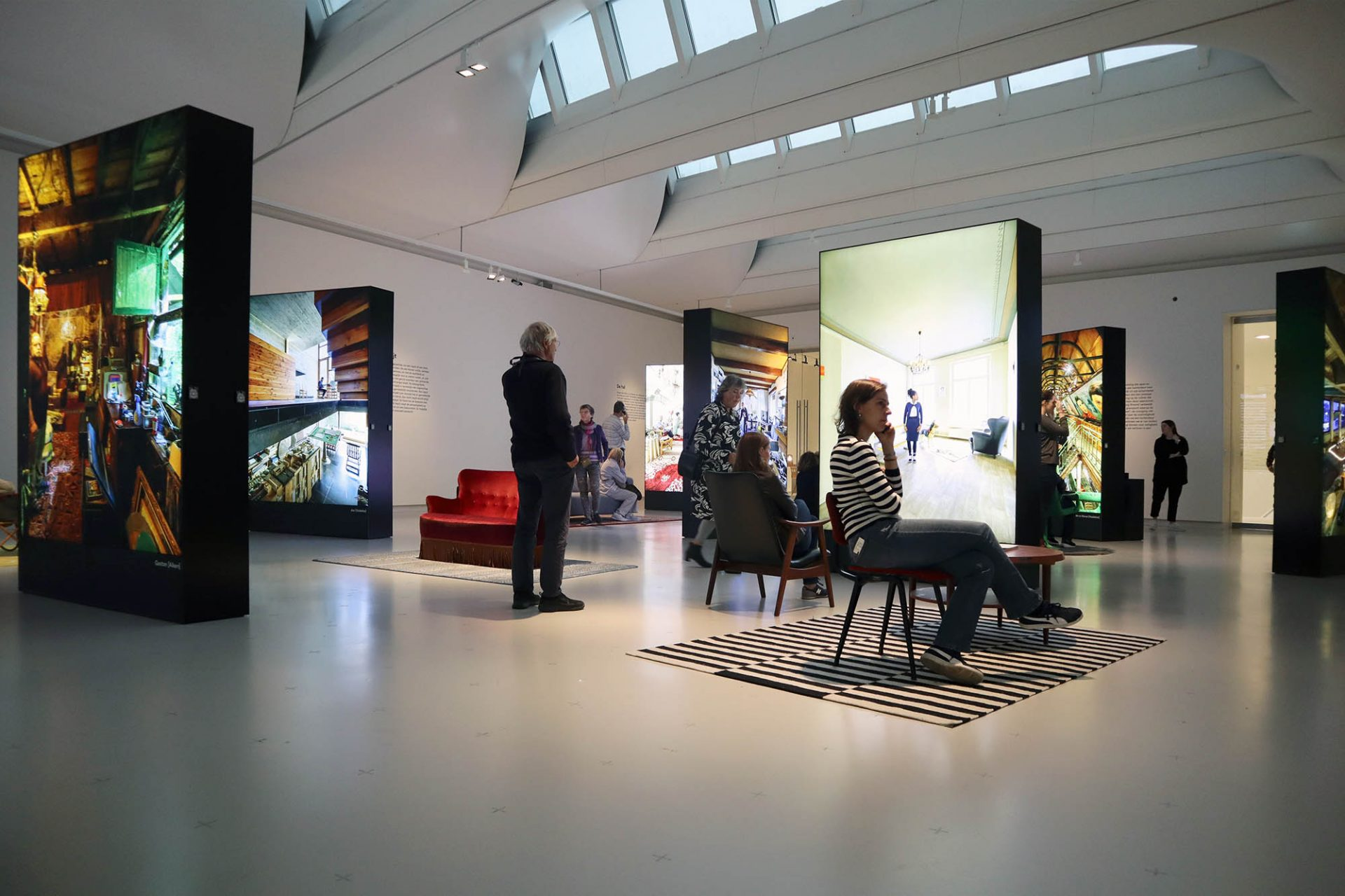 """Design Museum Den Bosch. Noch bis zum 17.2.2019 ist die Ausstellung """"Human Interior"""" des niederländischen Fotokünstlers Thijs Wolzak zu sehen. Er wirft einen Blick in die vielfältigen Wohnungswelten der Niederländer."""