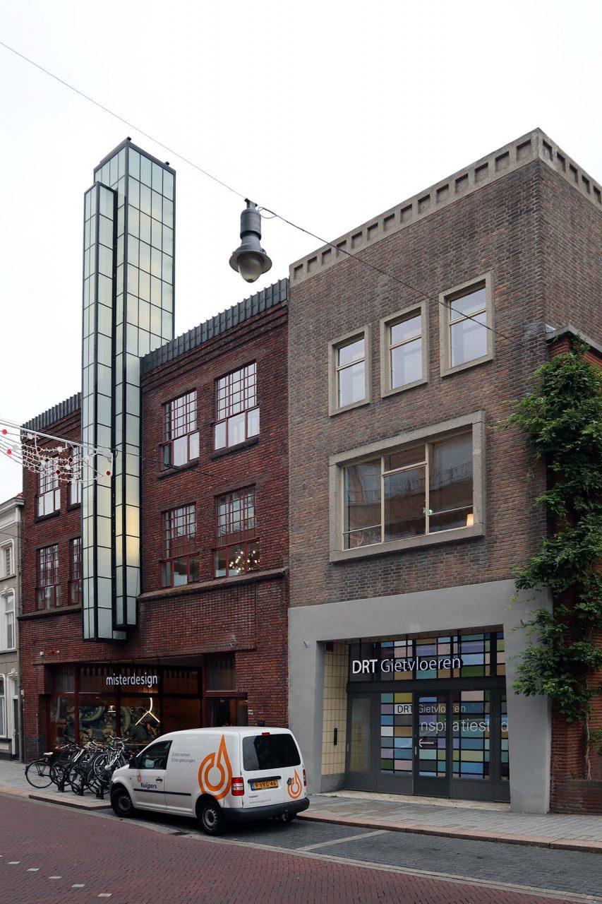Cor Unum. Umgeben von sachlich kühler Architektur der 1920er- und 1930er-Jahre.
