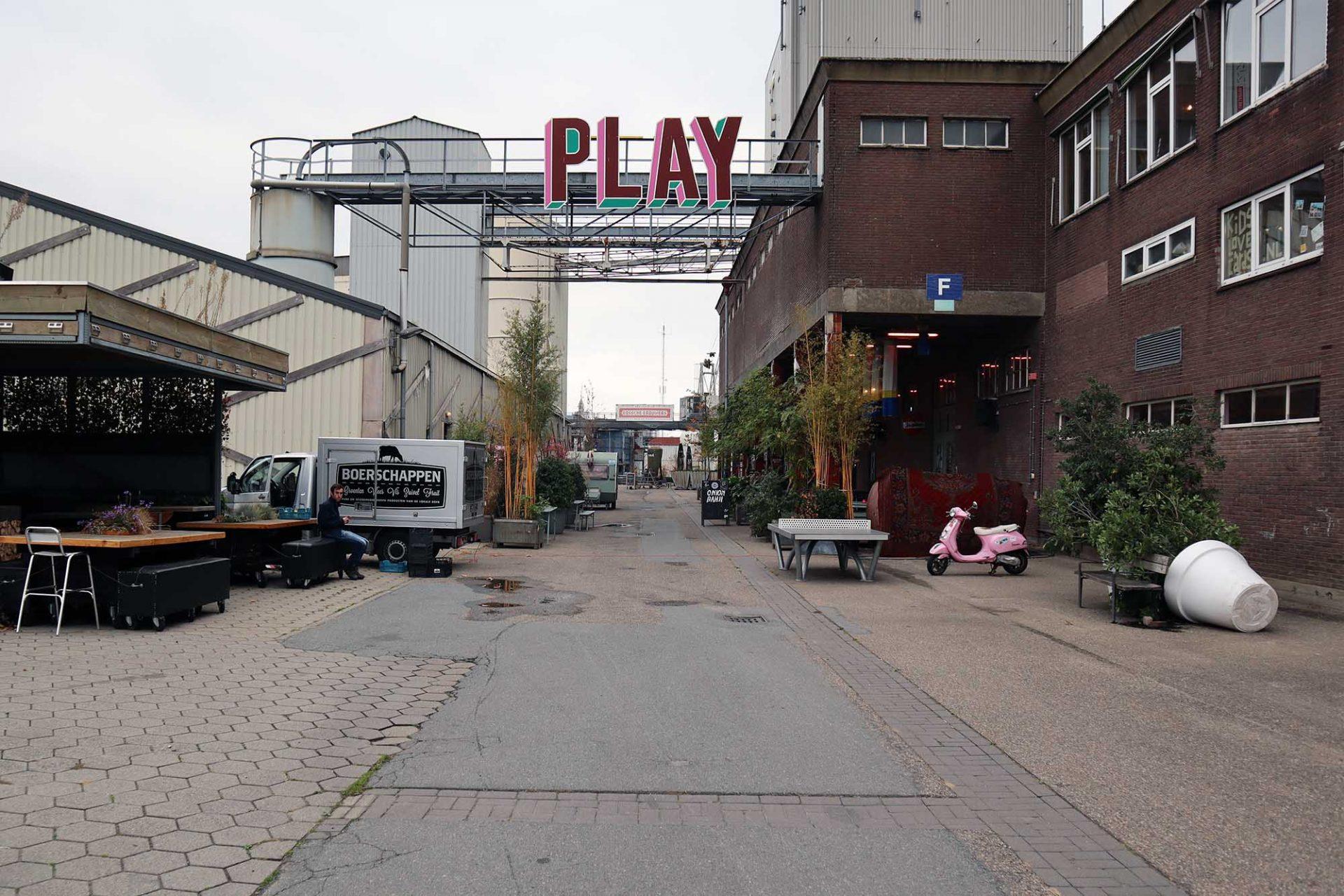 Werkwarenhuis Social Label. Das temporäre Labor der Social Label Foundation hat seinen Platz in der ehemaligen Viehfutterfabrik De Heus gefunden.