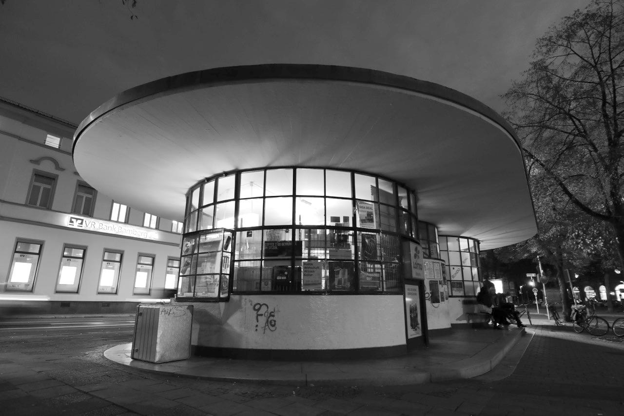 Café Rondo. Die Wartehalle der ehemaligen Reichspostdirektion von 1934 steht unweit des Jugendstilviertels am Schönleinplatz und ist ein sehr beliebter Treffpunkt.