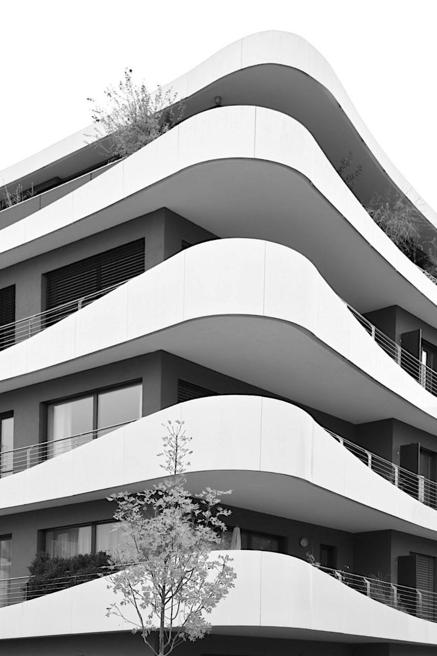 Insel I an der Regnitz. Entwurf: Matthias Bornhofen, Fertigstellung: 2014 Das Wohnhaus des Bamberger Architekten mit umlaufenden Balkonen und Terrassen zeichnet sich durch die schwungvollen Formen der Fassade aus.