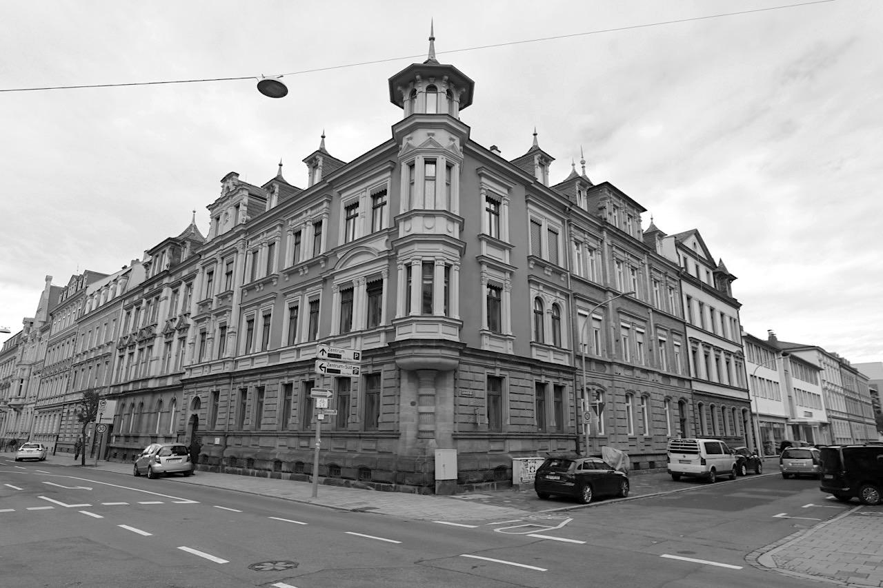Friedrichstraße. ... zurück zur Friedrichstraße bis hin zum Heinrichdamm hat neben Jugendstil-Bauten auch Mietwohnhäuser in Neorenaissance-Formen, mehrere kurz nach 1900 erbaut.