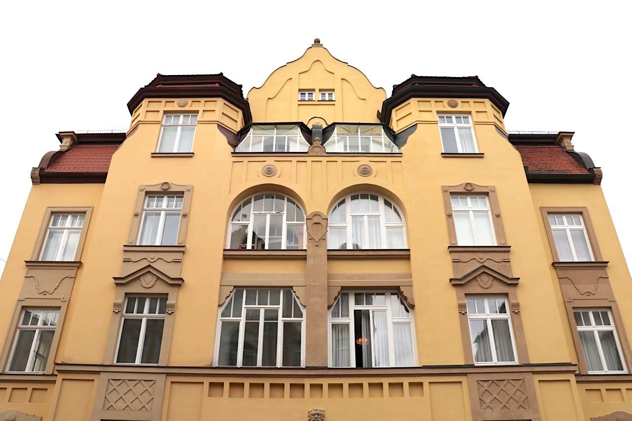 Ensemble. Das Gebiet rund um die Herzog-Max-Straße bis zur brutalistisch anmutenden St. Josef-Kirche und ...