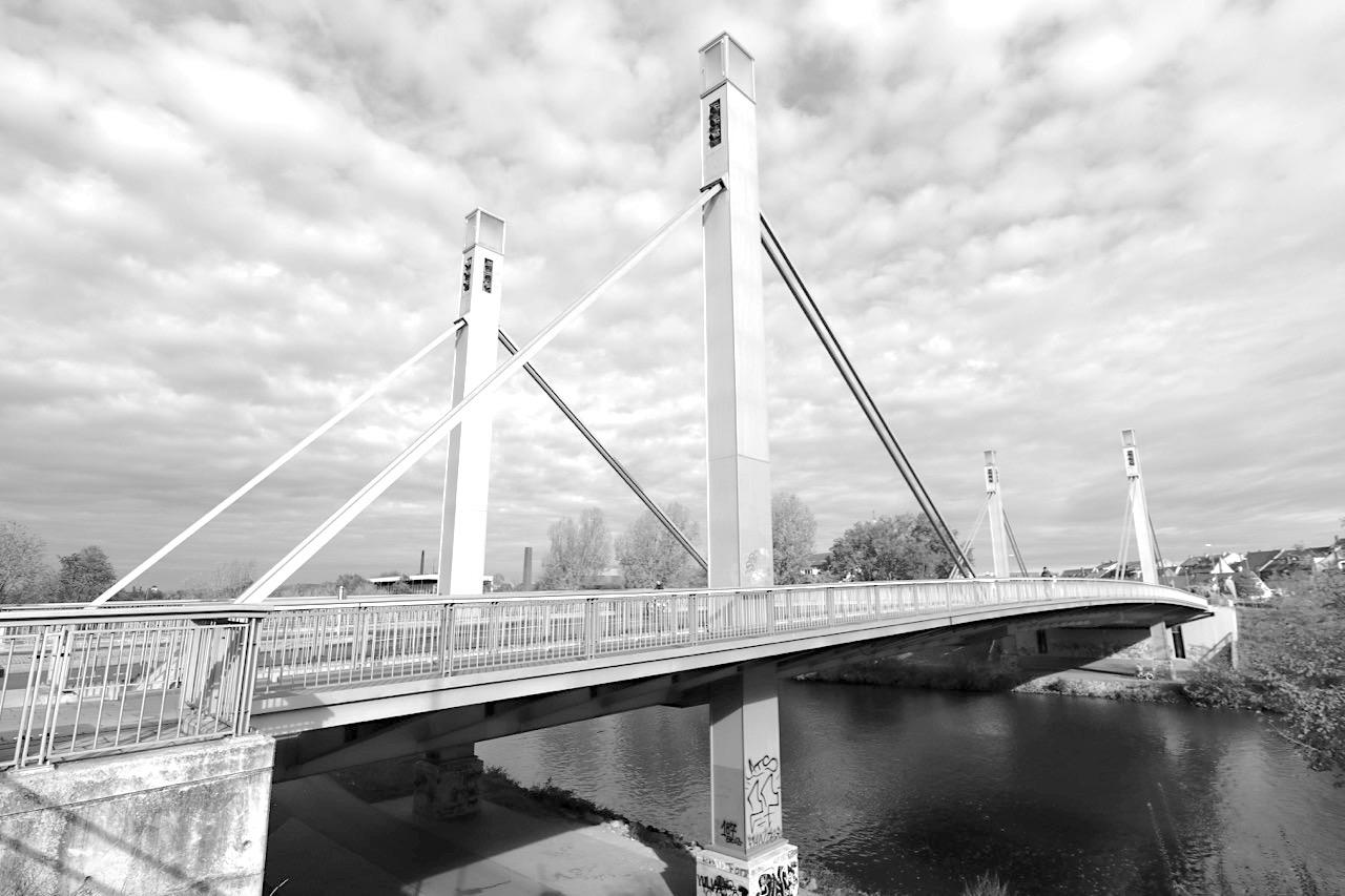 Löwenbrücke. Schrägseilbrücke mit 98 m Länge, 23,34 m Breite. Die Höhe der Pylonen beträgt 28,7 m. Tragwerksplanung durch CBP Ingenieurbau GmbH und HSBV Ziviltechniker GmbH.