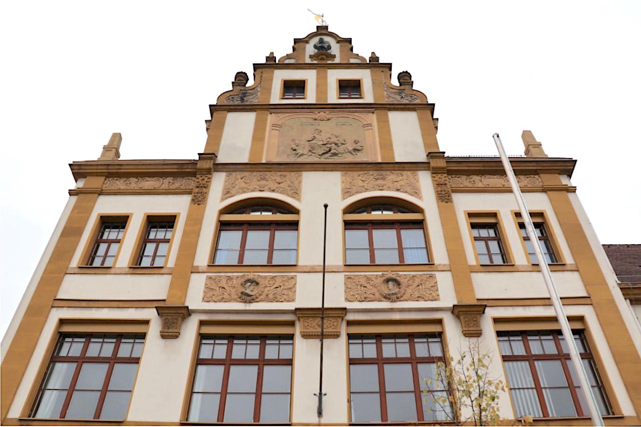 Luitpoldschule. Entwurf: Johann Jakob Erlwein, Fertigstellung: 1901. Die Schule ist nur wenige Schritte von St. Otto entfernt.