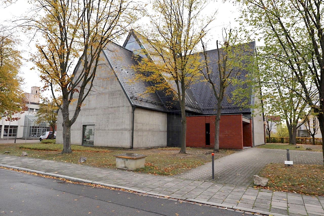 St. Josef. Entwurf: Adam Jakob, Fertigstellung: 1969. Die in Kreuzform konzipierte Kirche steht am Ende der Herzog-Max-Straße und nimmt mit ihrer Betonfassade eine brutalistische Formensprache an.