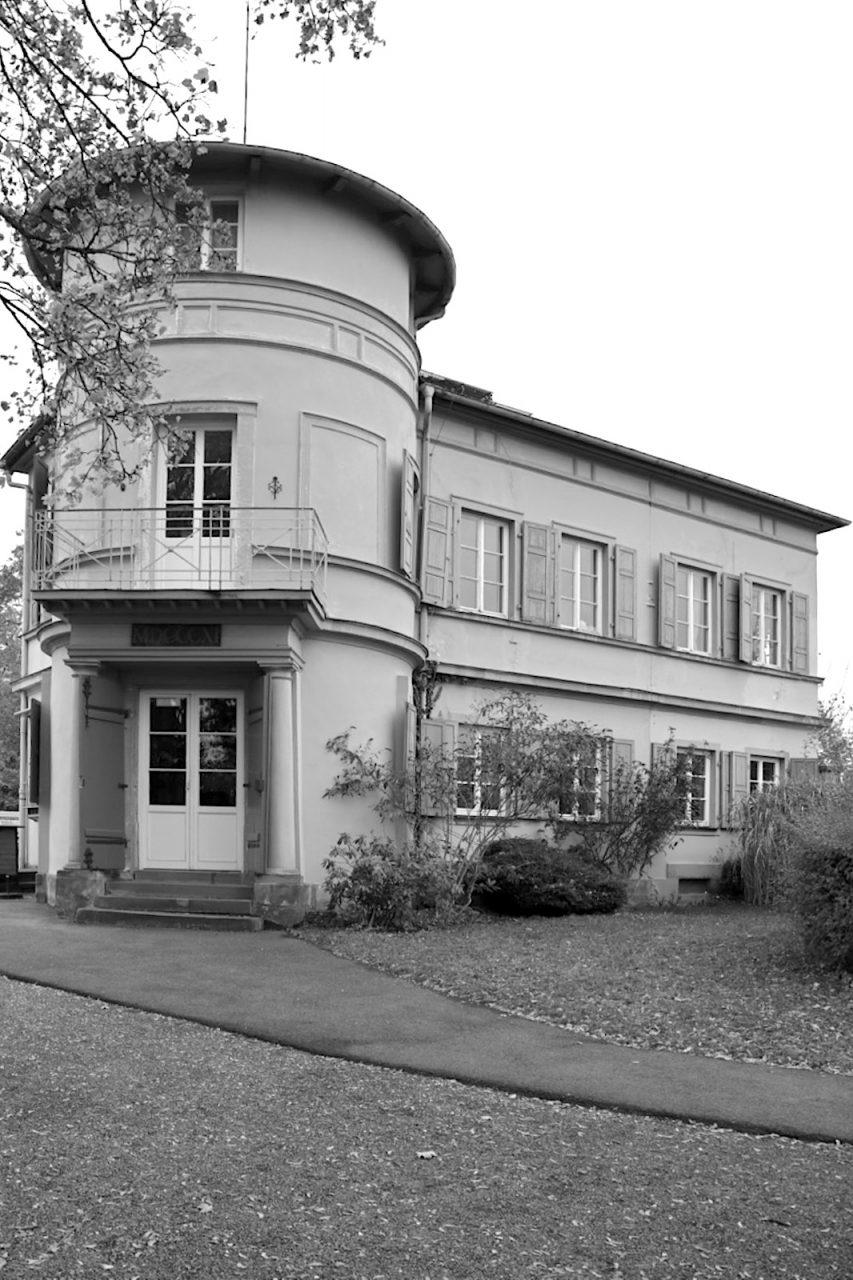 Villa Remeis. Erbaut 1811, erweitert 1883. Ehemaliges Wohnhaus von Dr. Karl Remeis, heute Café. Zweigeschossiger verputzter Massivbau auf längsrechteckigem Grundriss mit rundem zweieinhalbgeschossigem Eckturm. Von Georg III. Hofbauer 1872 zum Turm ausgebaut.