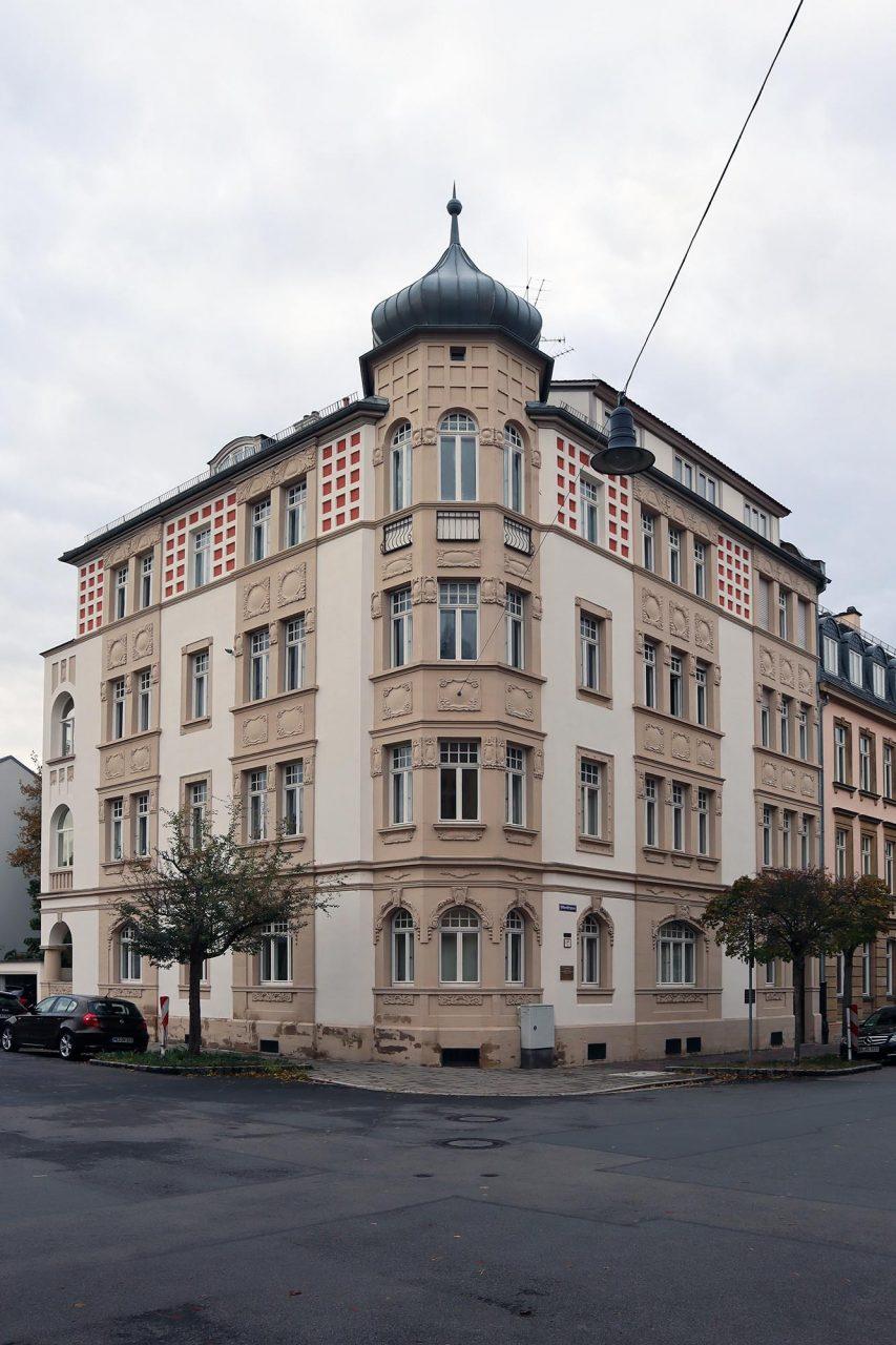 Jugendstil. Unweit des Wilhelmsplatz und des Mahnmals stehen zahlreiche gut erhaltene Jugendstil-Bauten wie z. B. das von Johannes Kronfuß entworfene Gebäude (1906) an der Ottostraße ...