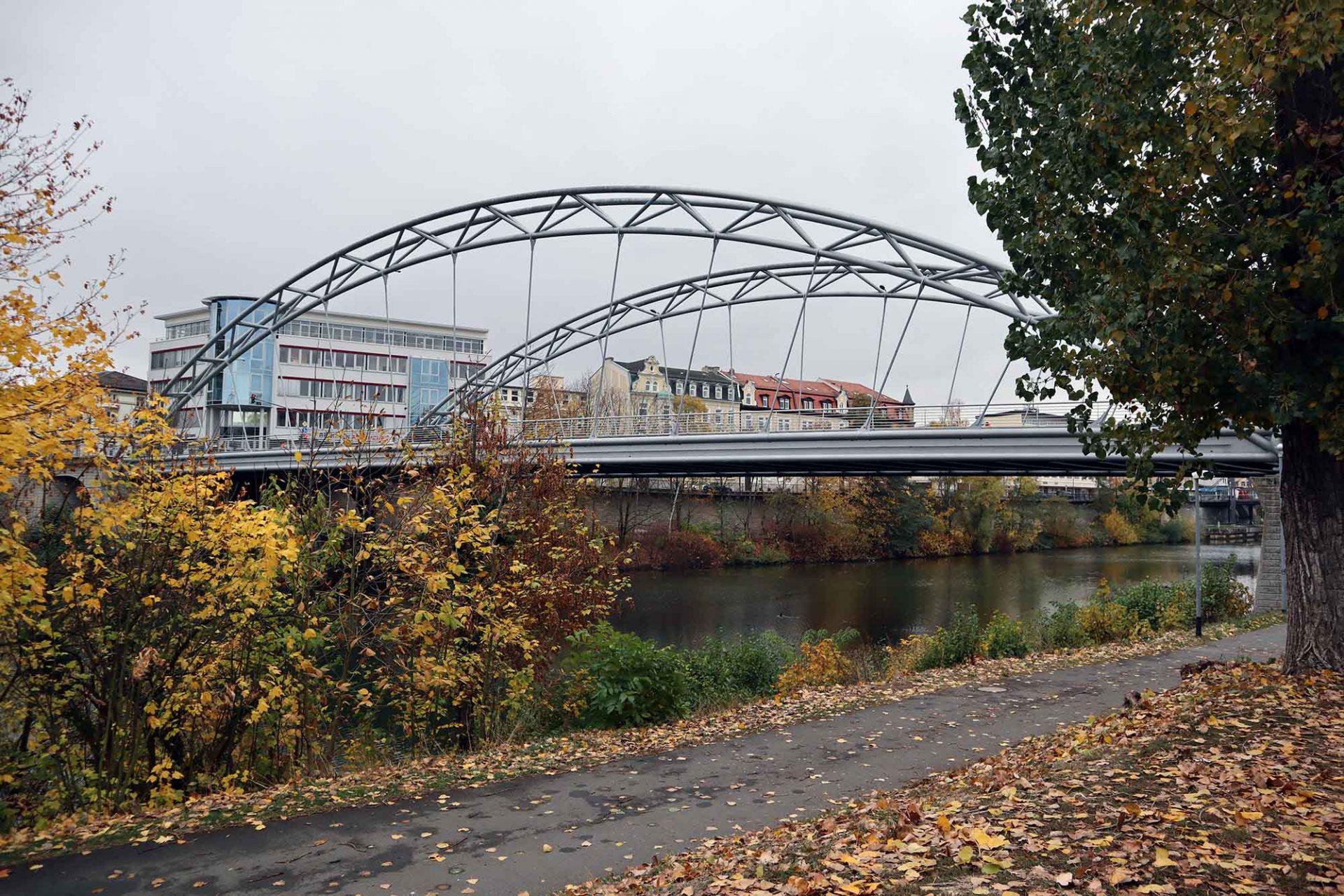 Luitpoldbrücke. Entwurf: Richard J. Dietrich, Büro für Ingenieur-Architektur aus Traunstein. Fertigstellung: 2006. Die Straßenbrücke ist 101 m lang und 21 m breit. Baukosten: 5,8 Millionen Euro
