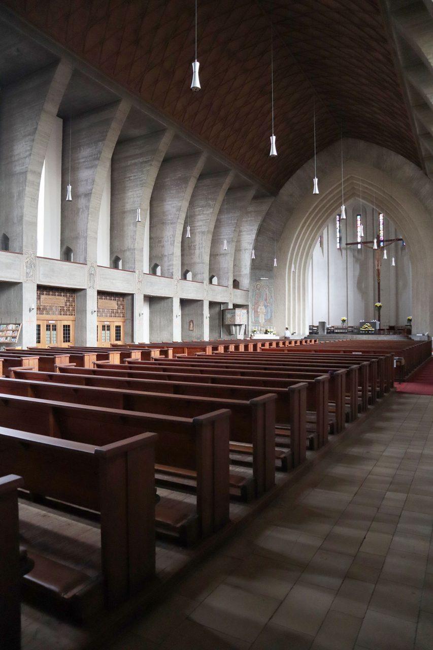 St. Heinrich. Die monumental wirkende Kirche ist 61 m lang, 21 m breit und 13 m hoch. Die beiden quadratisch angelegten Türme sind jeweils 35 m hoch. Beide sind um 45 Grad um die eigene Achse verdreht und ragen mit ihren Kanten aus der Westfassade heraus ...