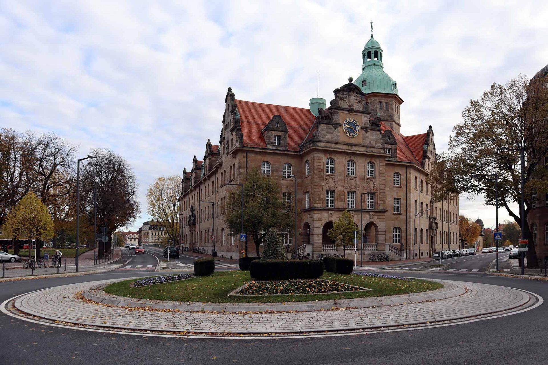Wilhelmsplatz. Nach Umbauten zog 1995 das Amtsgericht Bamberg ein. In der ehemaligen Oberpostdirektion (Entwurf: Fritz Fuchsenberger, Fertigstellung: 1906) war auch das Fernmeldeamt. Heute wird es von der Universität genutzt.