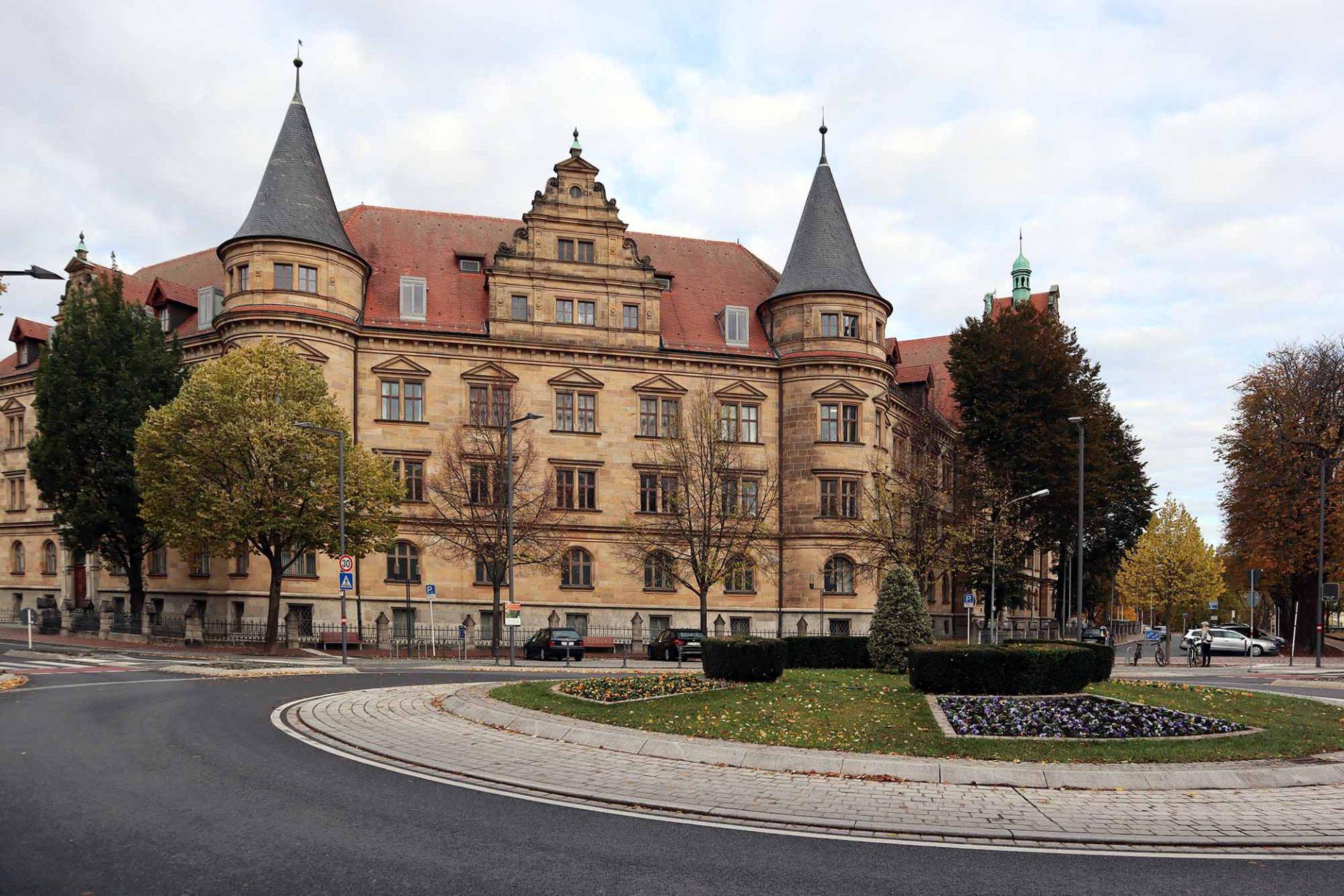 Wilhelmsplatz. in Anlehnung an historische Vorlagen neu gestaltet. Am Platz befinden sich u. a.: das Amtsgericht Bamberg und die Oberpostdirektion. Das Amtsgericht (Entwurf: Schenk und Zimmer, Fertigstellung: 1955) war zunächst ein Bürogebäude der Allgemeinen Ortskrankenkasse (AOK), die das Haus an die bayerische Justizverwaltung verkaufte ...