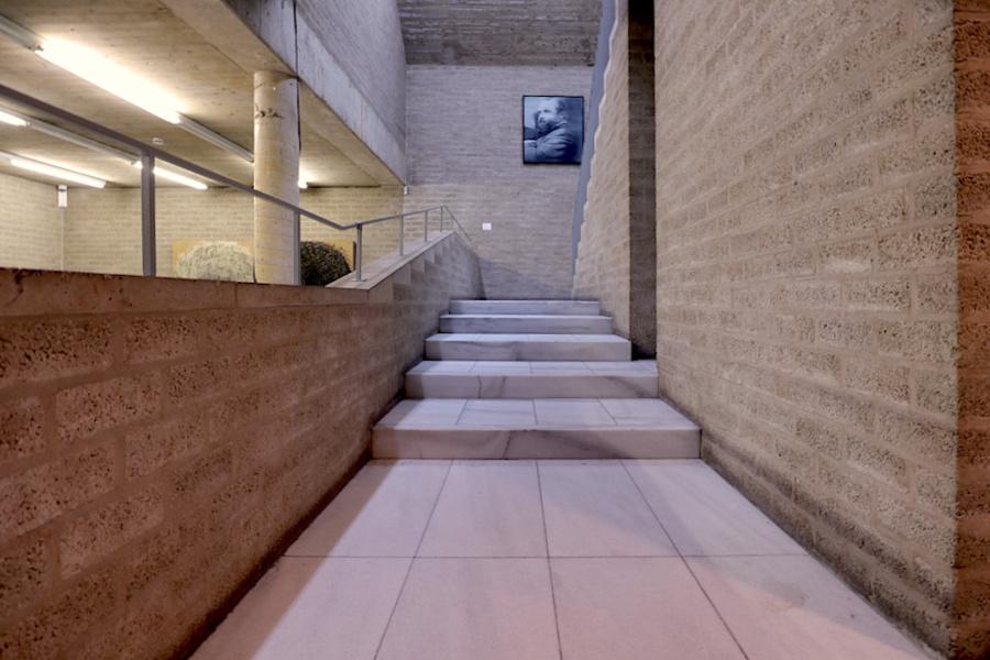 Schmela Haus. Verschiedene Öffnungen und Sichtbezüge bestimmen das Innere. In der Ausstellung zum 100. Geburtstag von Alfred Schmela ist Kunst u. a. von Gerhard Richter (Portrait Schmela III, 1964) zu sehen ...