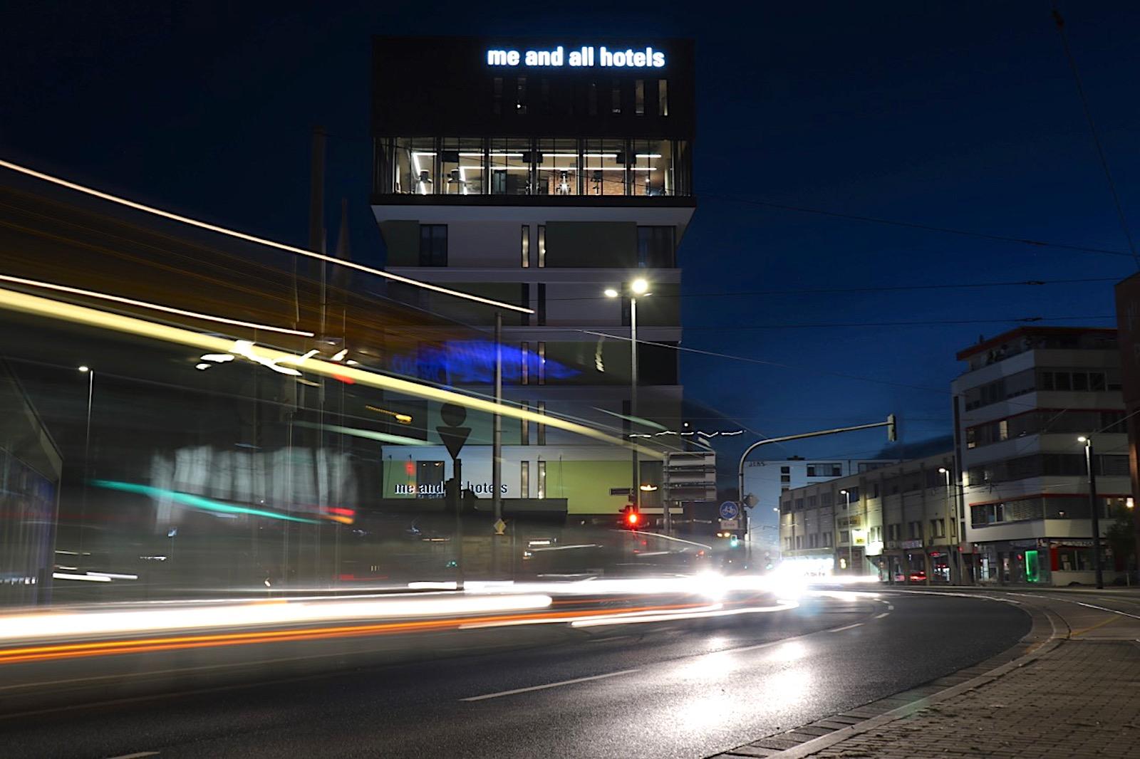"""""""me and all hotel mainz"""". """"Trigon"""" ist eine Quartiersentwicklung der Mainzer Aufbau Gesellschaft MAG und der J. Molitor Immobilien GmbH. In dem dreieckigen Gebäudekomplex am Dreieck Binger Straße/Am Linsenberg/Römerwall befinden sich das me and all hotel mainz, ein Wohnhaus und Bürogebäude."""