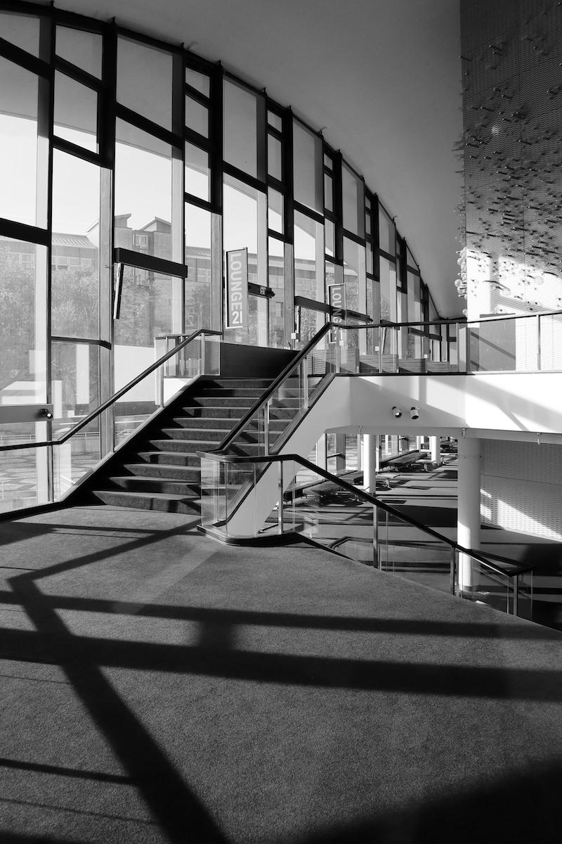 Opernhaus Dortmund. Hier eröffnet sich die große Kuppel. Ein Teil der Innenausstattung, wie die Lichtinstallation im großen Foyer, ist noch im Original erhalten.