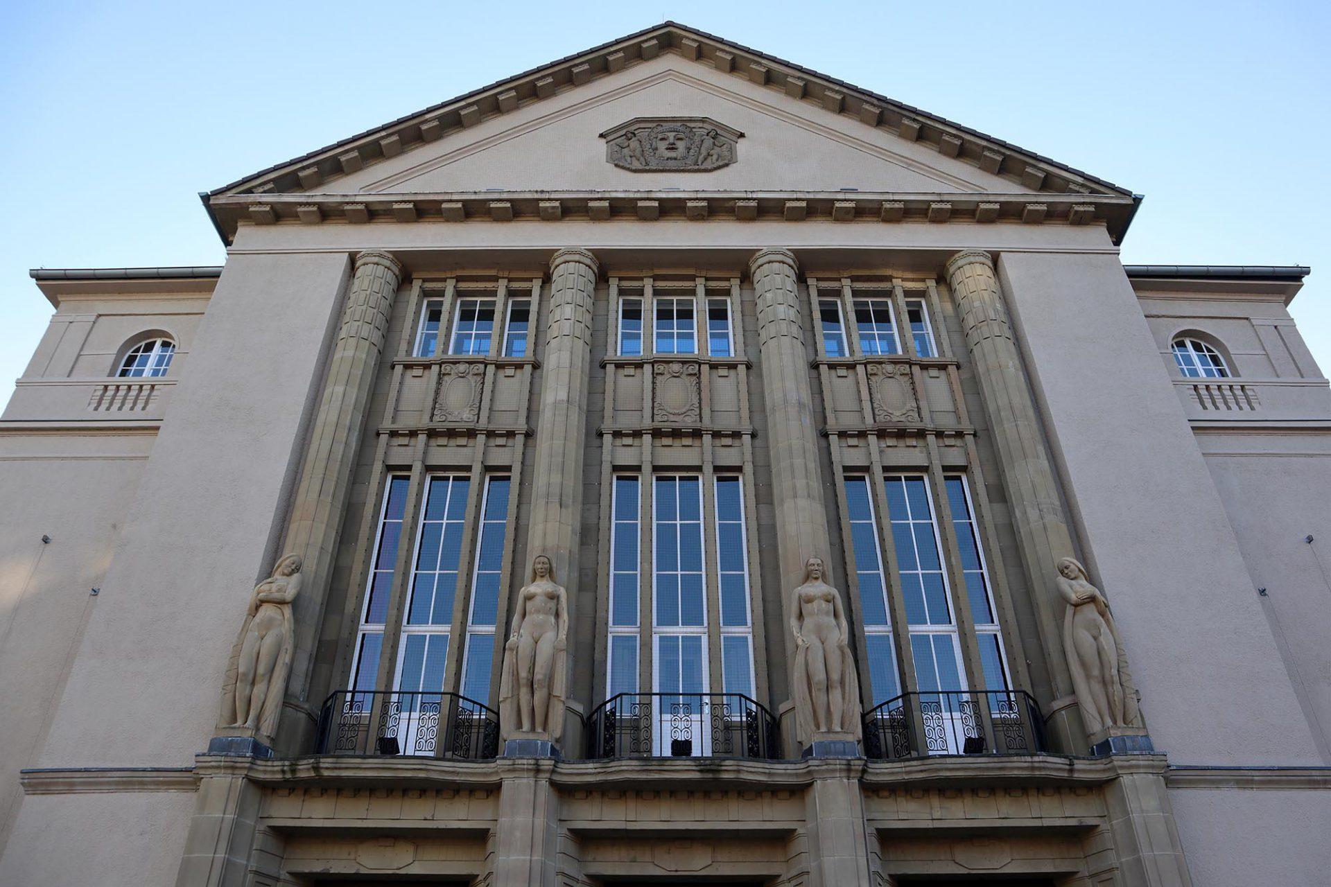 Theater Hagen. Milly Stegers nackte Frauen sorgten für einen Eklat. Die Zeit der freizügigen Skulpturen der Klassik lagen für den prüden deutschen Geschmack wohl bereits zu weit zurück.