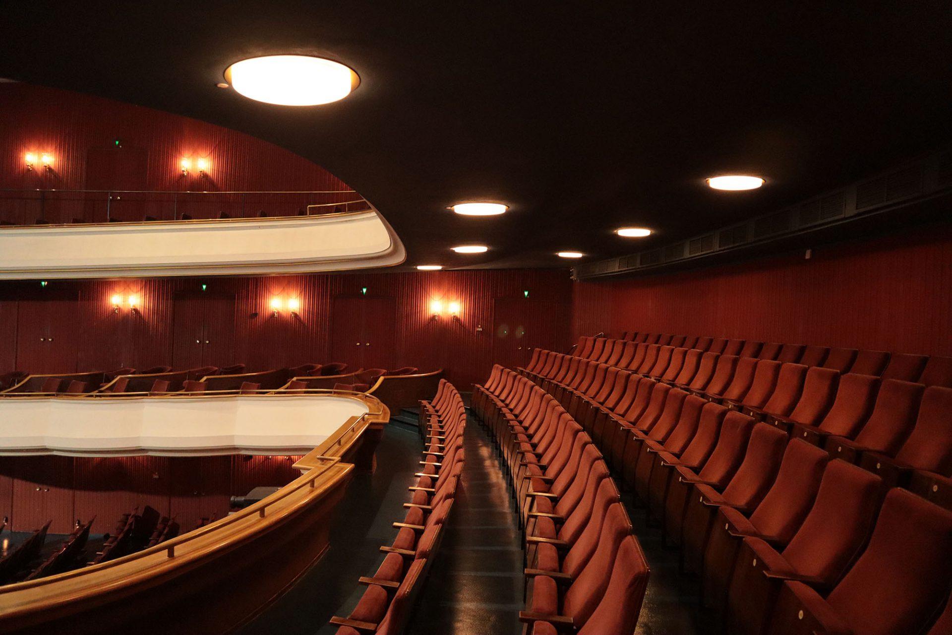 Theater Hagen. Im Theatersaal dominieren rot-braune Stoffe ...