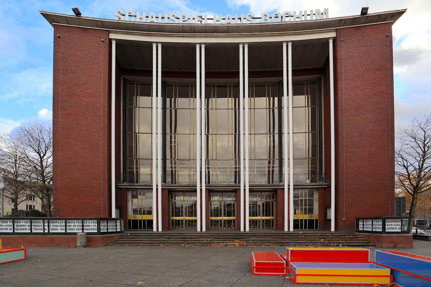 Schauspielhaus Bochum. Das alte Stadttheater wurde im Zweiten Weltkrieg zerstört. Teile des Bühnenhauses und die Fundamente blieben erhalten und wurden in den Neubau von Architekt Graubner integriert.