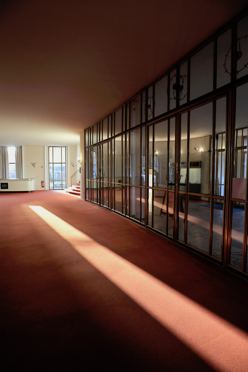 Schauspielhaus Bochum. ... über die Wandbekleidung bis hin zur Möblierung ist pure, wunderbar erhaltene Mid Century-Eleganz.