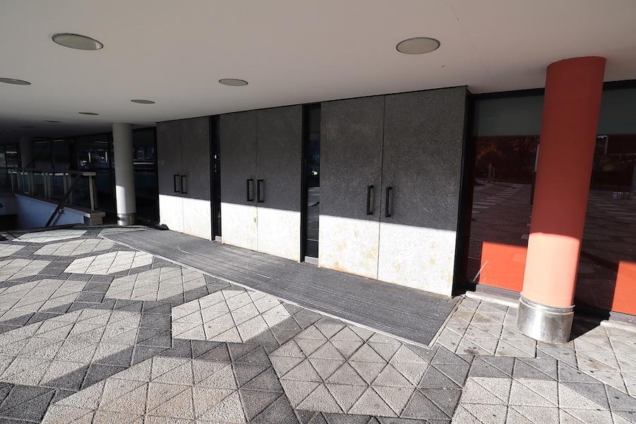 Opernhaus Dortmund. Die Besucher betreten das Haus über die niedrigen Hauptzugänge vom Platz der alten Synagoge. Das Wabenmuster der Pflasterung fließt bis ins Innere.