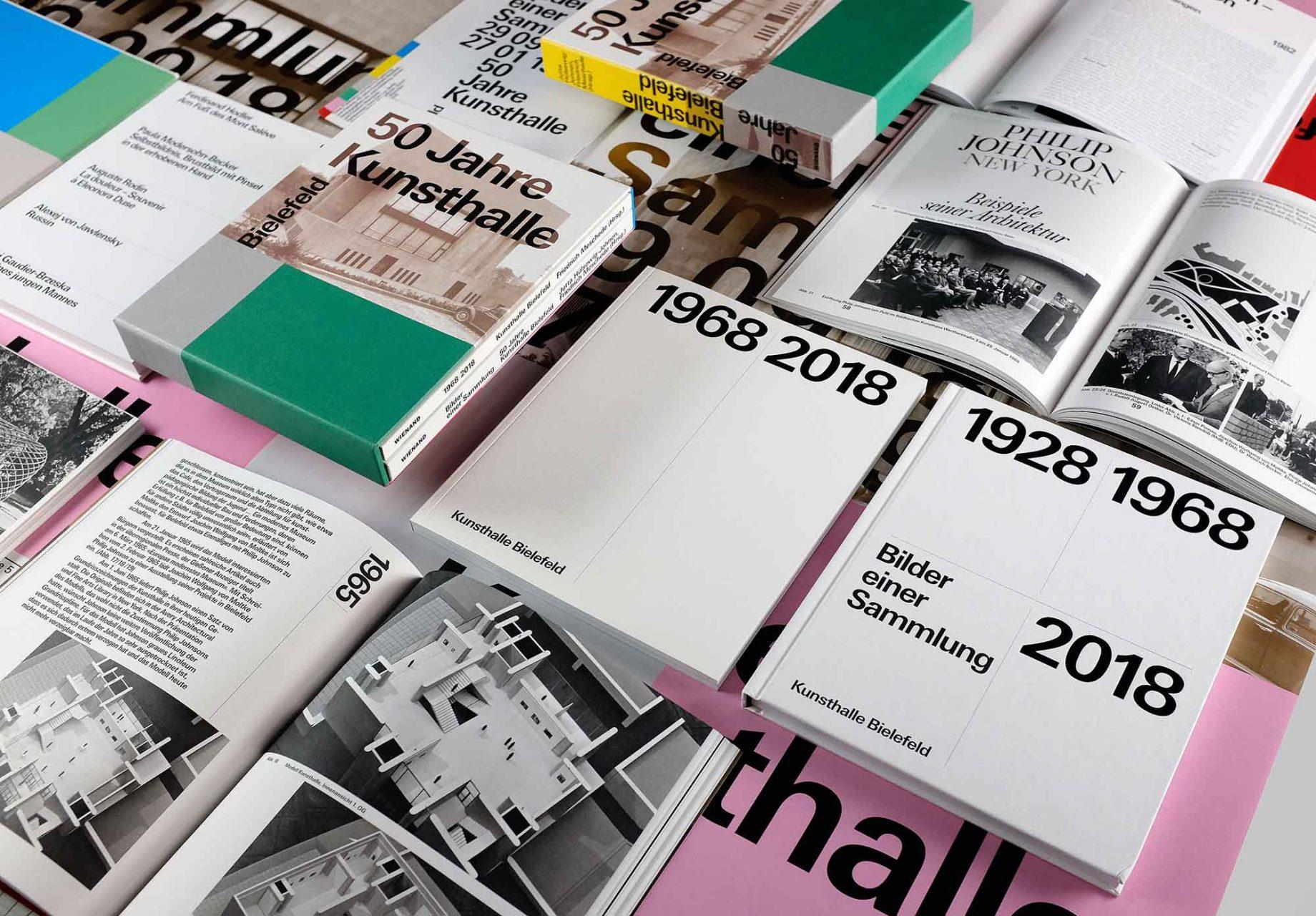 50 Jahre Kunsthalle Bielefeld. Zweiteiliger Bildband mit einem Text von Hendrik Bohle über die Architektur der Kunsthalle und Bildern von Jan Dimog