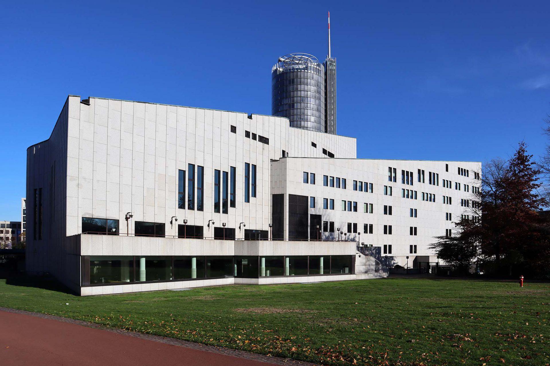 Musiktheater. Alvar Aalto selbst erlebte die feierliche Eröffnung 1988 nicht. Er starb bereits 12 Jahre zuvor. Die Grundsteinlegung und künstlerische Oberleitung übernahm seine Frau Elissa Aalto.