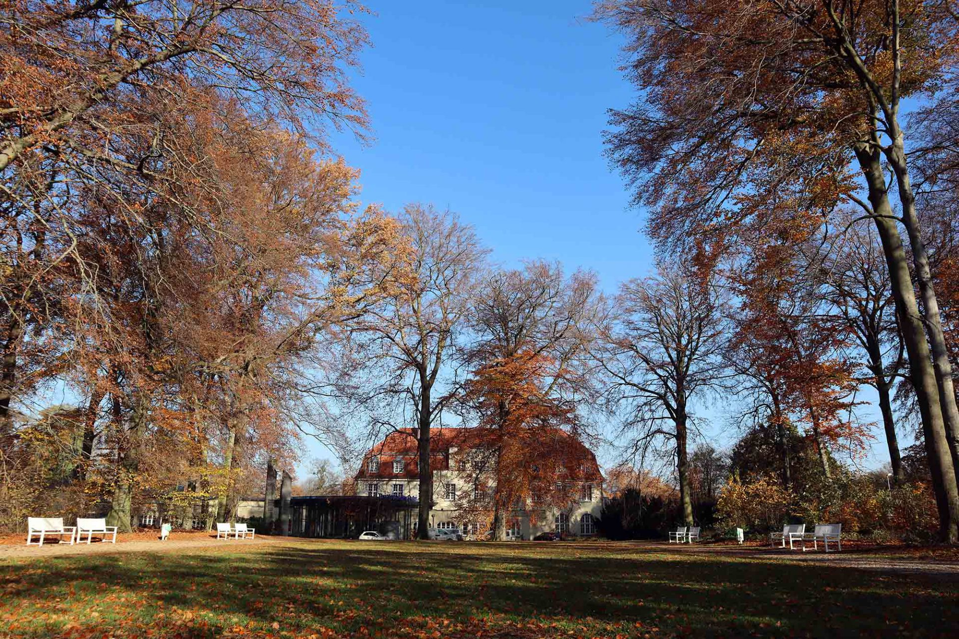 Theater an der Ruhr. Das ehemalige Kurhaus ist eingebettet in eine weitläufige Parkanlage.