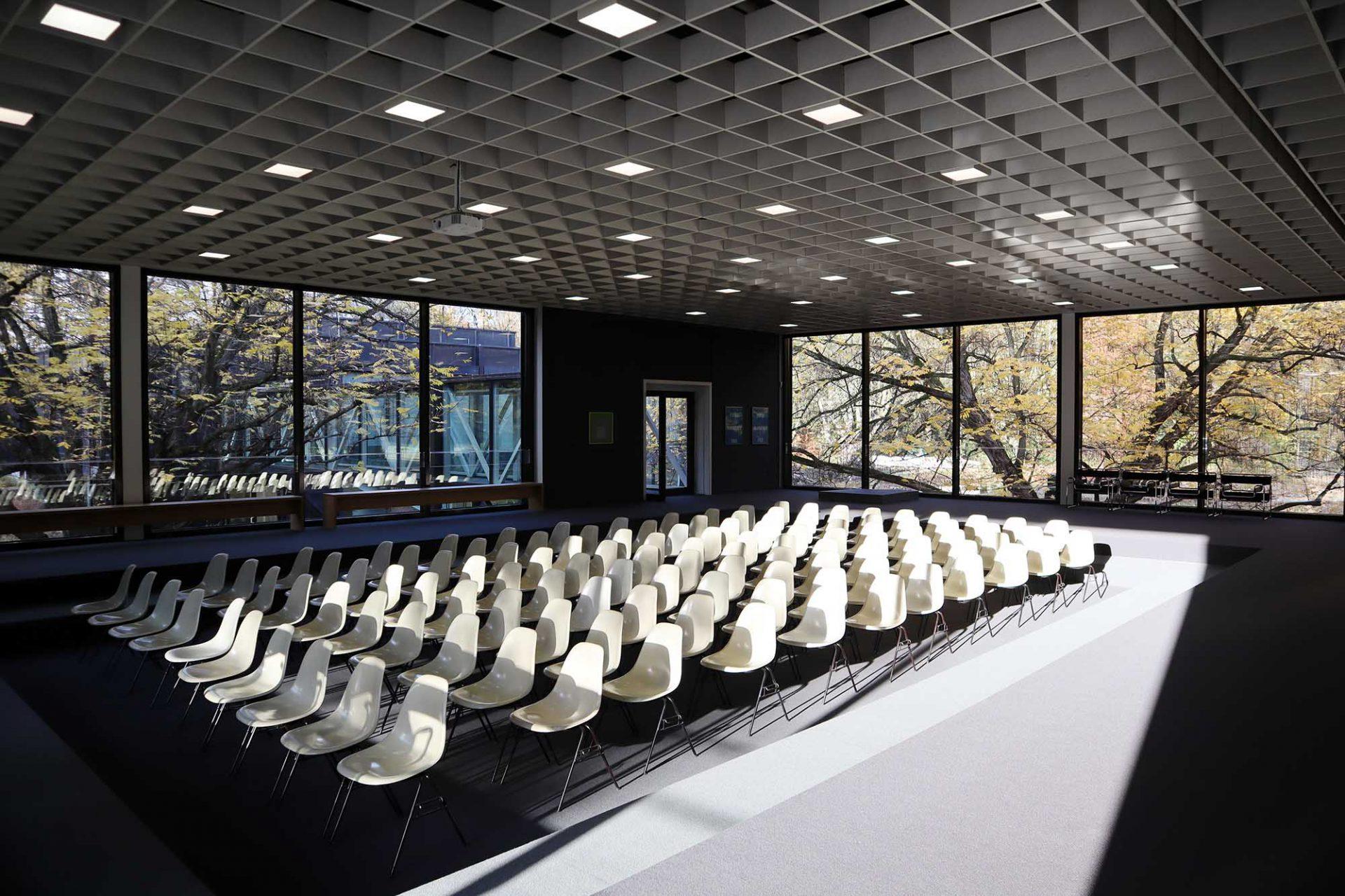 Josef Albers Museum Quadrat. Den Eingangspavillon mit seiner zentralen abgesenkten Fläche entwarf Küppers von Beginn an als Raum für Seminare, Workshops oder Präsentationen.