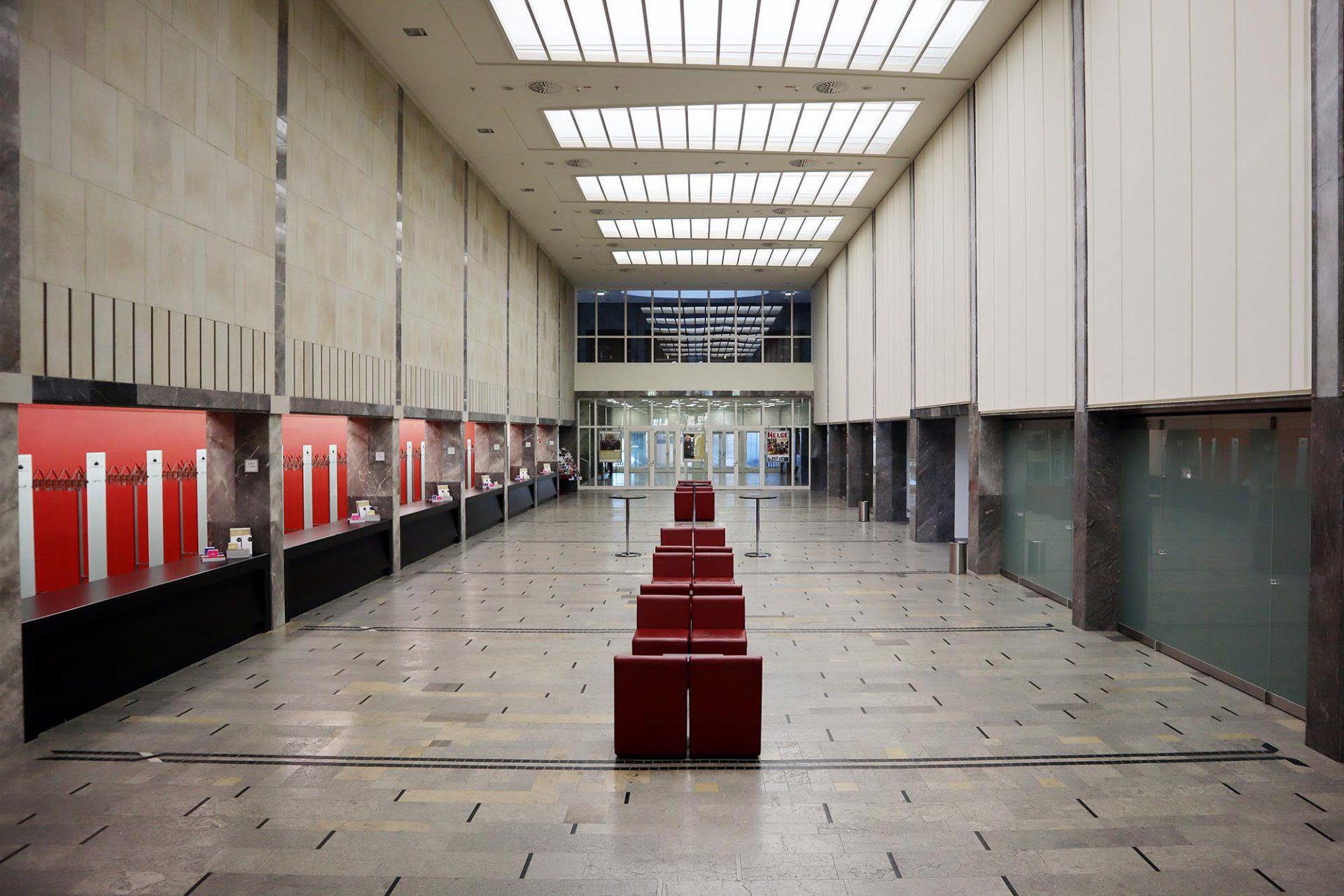 Philharmonie. Ursprünglich im neobarrocken Stil mit Jugendstilelementen errichtet, wurde es im Zweiten Weltkrieg zerstört und 1950 mit seiner eleganten neoklassizistischen Pfeilervorhalle wiedererrichtet.