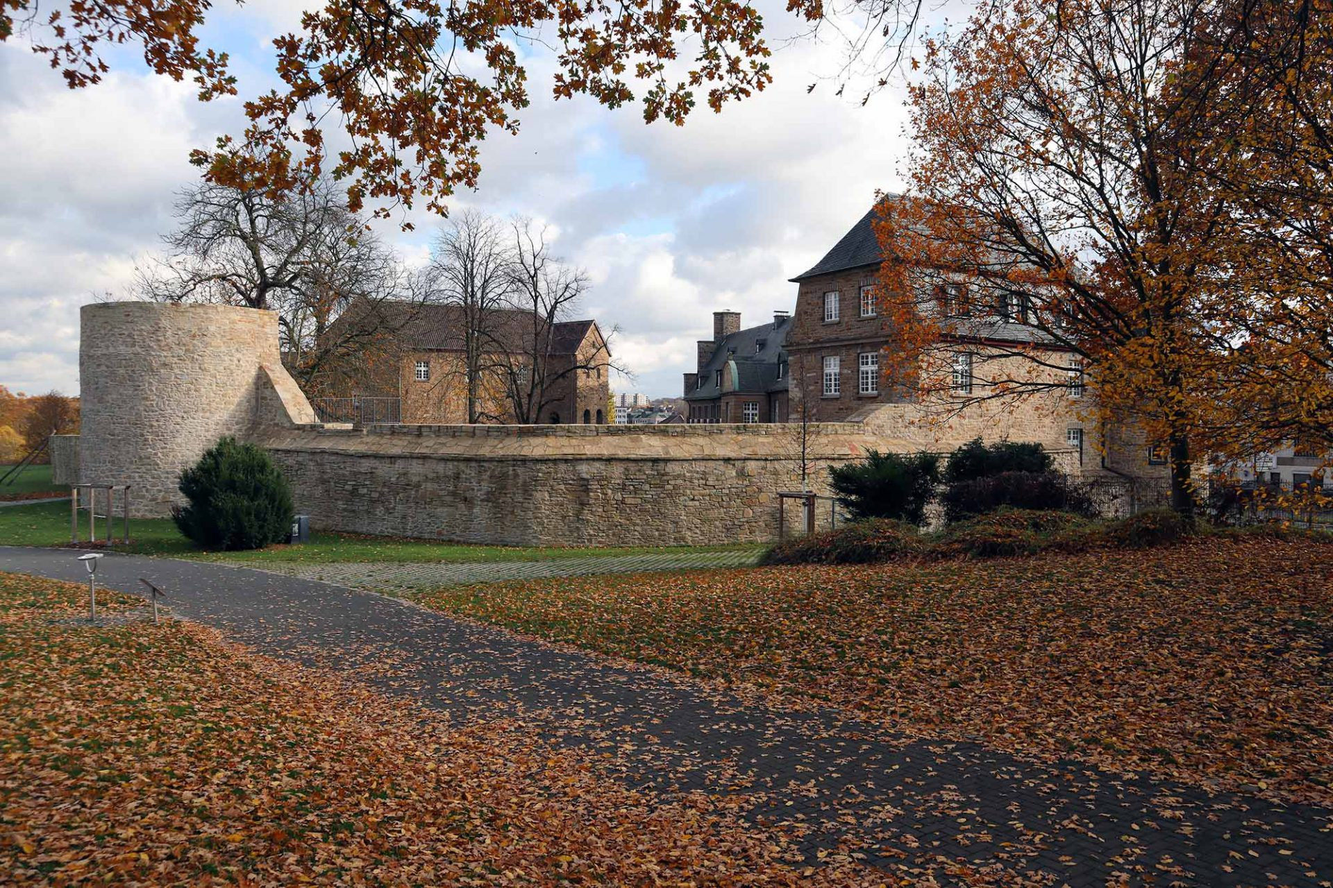 Schloss Broich. Die frühmittelalterlichen Teile der Burganlage zählen zu den ältesten erhaltenen der späten Karolingerzeit nördlich der Alpen.