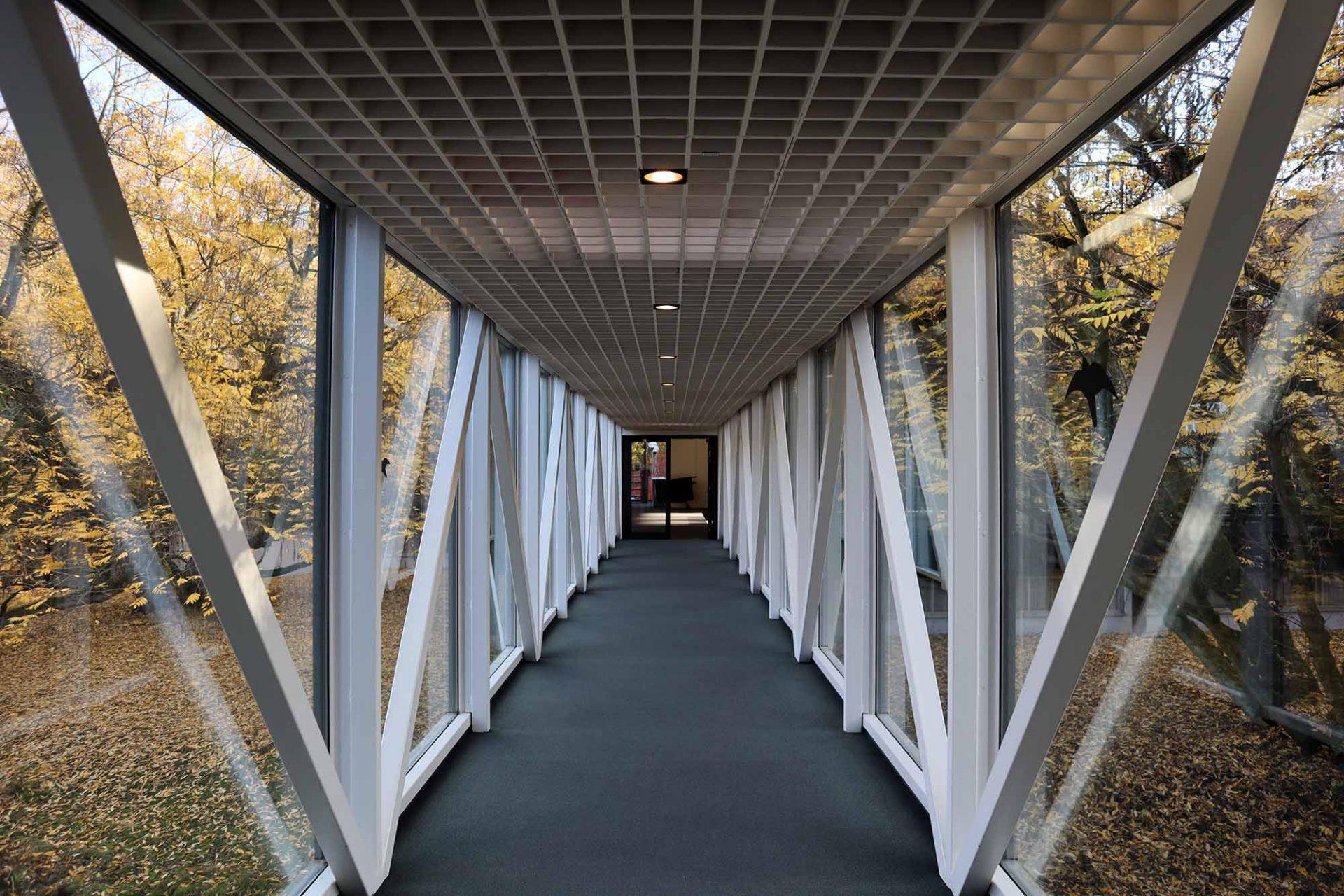 Josef Albers Museum Quadrat. Das eigentliche Josef-Albers-Museum wurde in gleicher Architektursprache etwas abgesetzt von den bestehenden Gebäuden errichtet und ist mit einer gläsernen Brücke erschlossen.