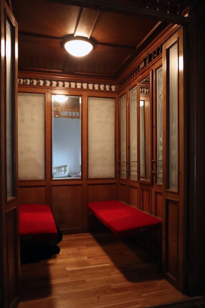 Theater an der Ruhr. Der alte Fahrstuhl beförderte früher die Hotelgäste auf ihre Zimmer.