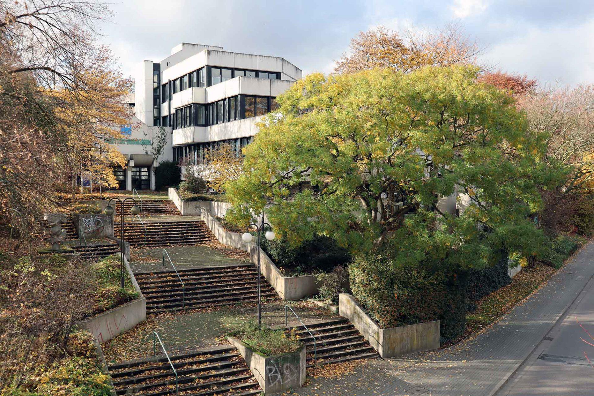 Volkshochschule. Die VHS im Stil des Brutalismus entstand nach einem Entwurf des Architekten Dietmar Teich und wurde 1979 eröffnet.