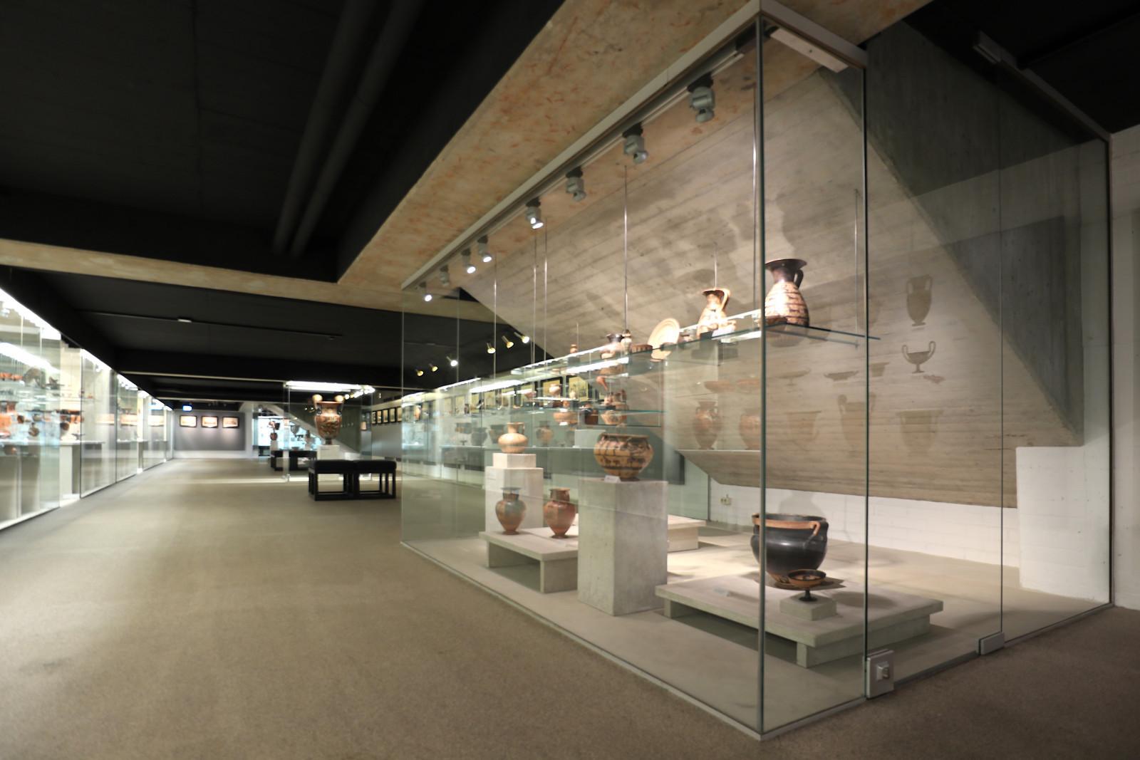 Kunstsammlungen der Ruhr-Universität Bochum Campusmuseum. Sammlung Moderne.. Der Rundgang führt durch die Bereiche der Antiken- und Münzsammlung sowie zur Sammlung Moderner Kunst.