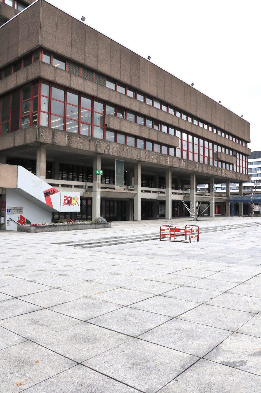 Kunstsammlungen der Ruhr-Universität Bochum Campusmuseum. Sammlung Moderne.. Das Museum ist im Erdgeschoss der Universitätsbibliothek untergebracht. Die Bibliothek wurde vom Düsseldorfer Architekten Bruno Lambart (1924–204) entworfen.