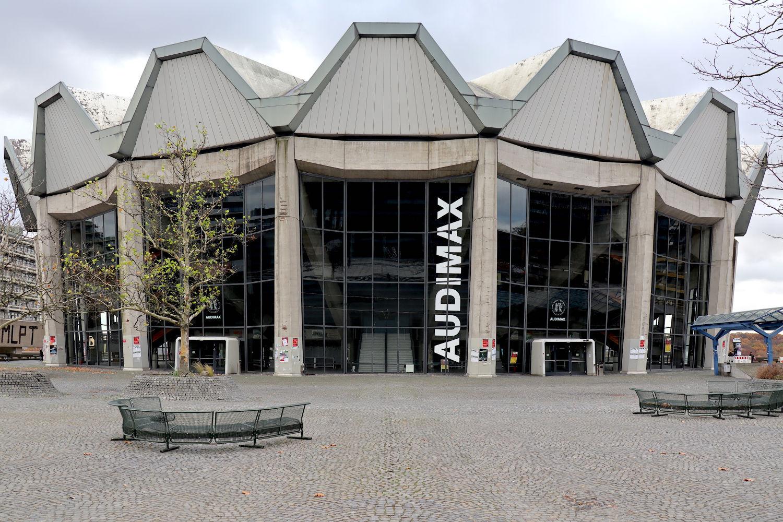 Audimax. mit der zeltartigen Dachkonstruktion, genau gegenüber des Campusmuseums.