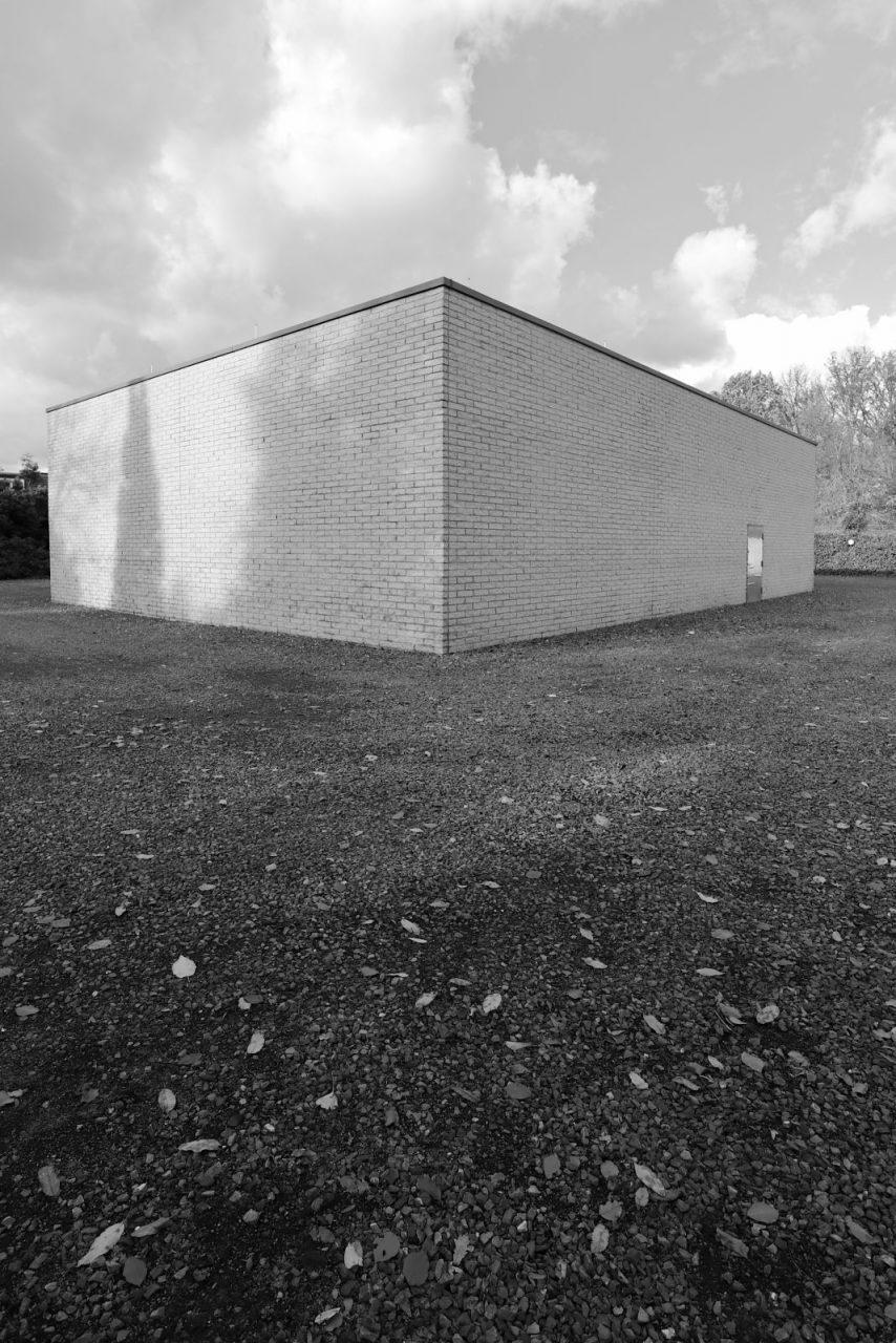 """Situation Kunst (für Max Imdahl). Das aus vier Gebäuden bestehende Ensemble wurde von Soan Architekten aus Bochum erweitert (2006). Um einen Innenhof, der dem Kunstwerk """"TOT"""" von Richard Serra gewidmet ist, gruppieren sich fünf Räume. Darin werden die Werke weiterer renommierter zeitgenössischer Künstler präsentiert und antiken ostasiatischen und afrikanischen Werken gegenübergestellt."""