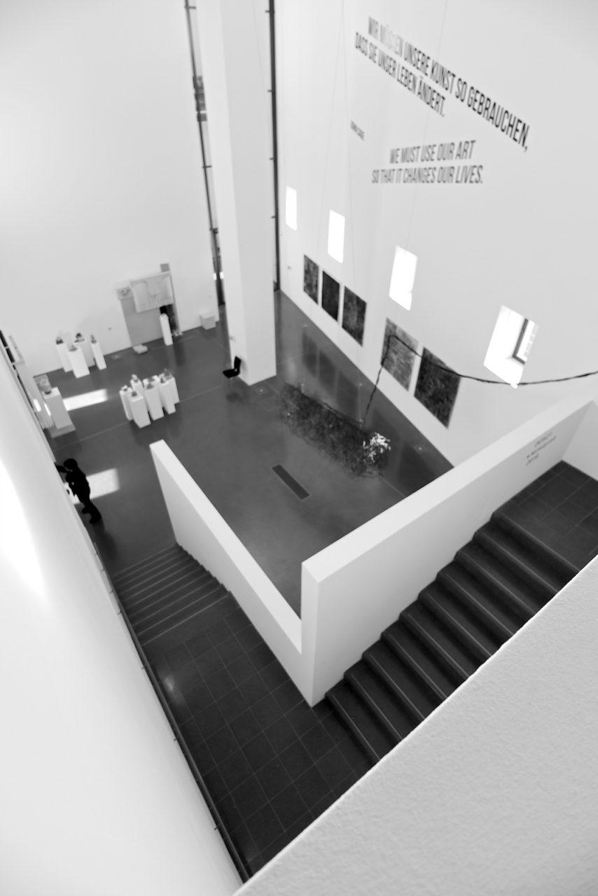 Museum Ostwall. In der Ebene 4 gibt es Fluxus-Arbeiten der 1960er-Jahre und Malerei des Expressionismus. Auf Ebene 5 führt der Weg zu Werk u. a. von Wolf Vostell, Joseph Beuys und Dieter Roth und zu Arbeiten jüngerer Künstler wie Mark Dion, Adrian Paci und Tobias Zielony.